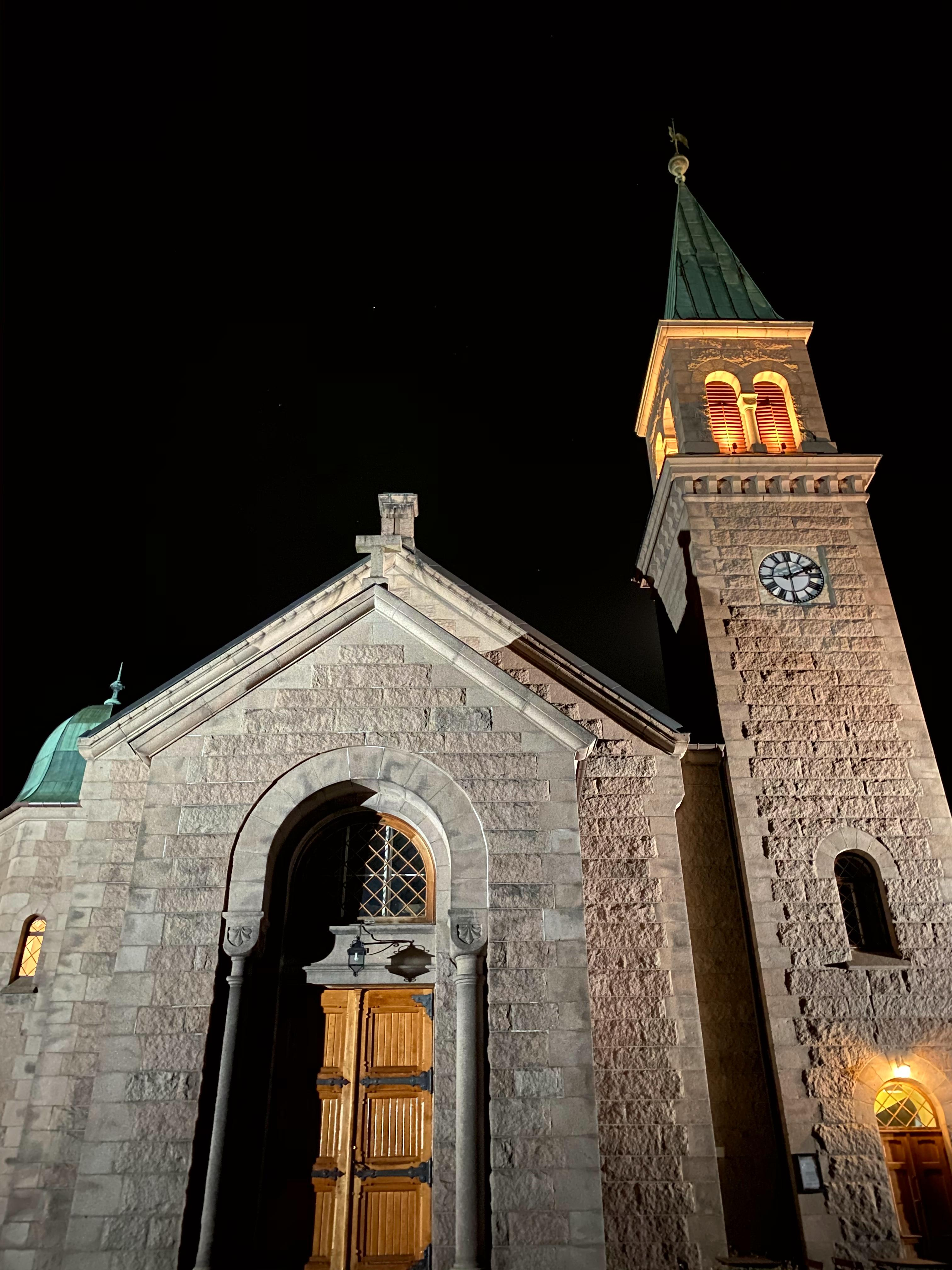 Slik ser bildet av den samme kirken ut fra en iPhone 11 Pro Max.