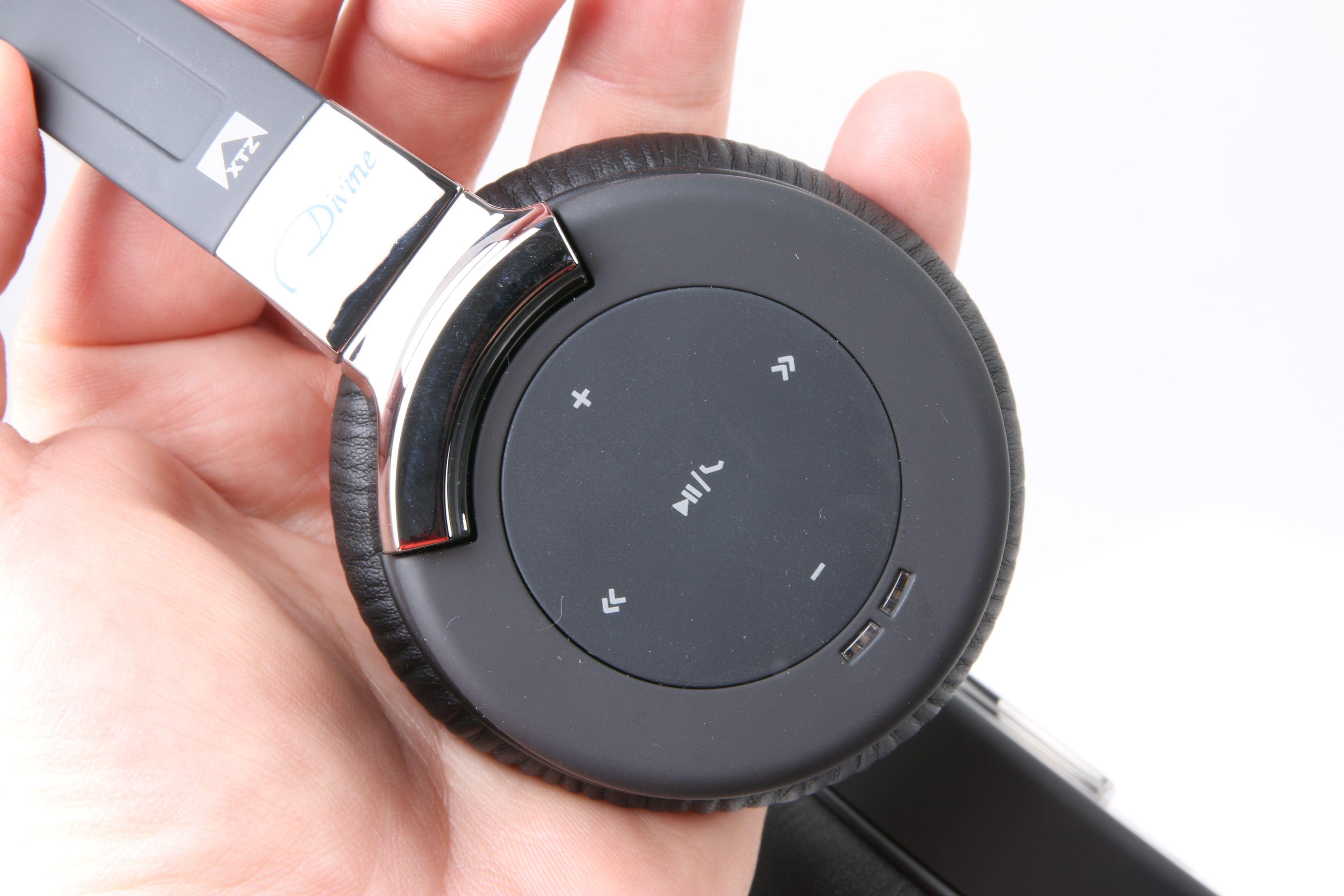 Den høyre klokken innehar det meste av knapper og funksjoner. Foto: Ole Henrik Johansen / Tek.no