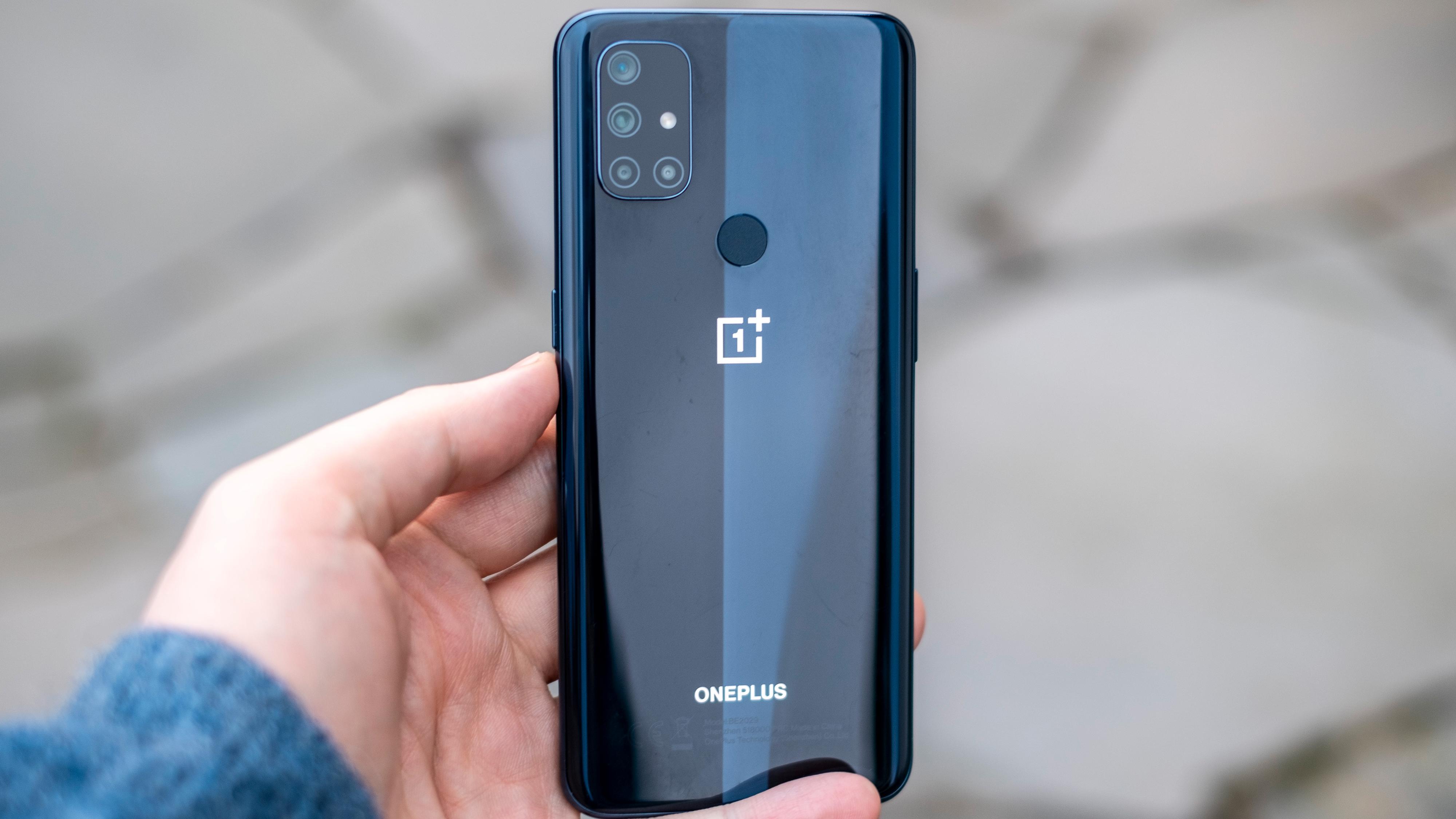 Plastbaksiden ser fin ut, men den føles veldig som tynn plast. Mer enn forrige Nord ut fra OnePlus. Det er også lett å få riper og små merker i den.
