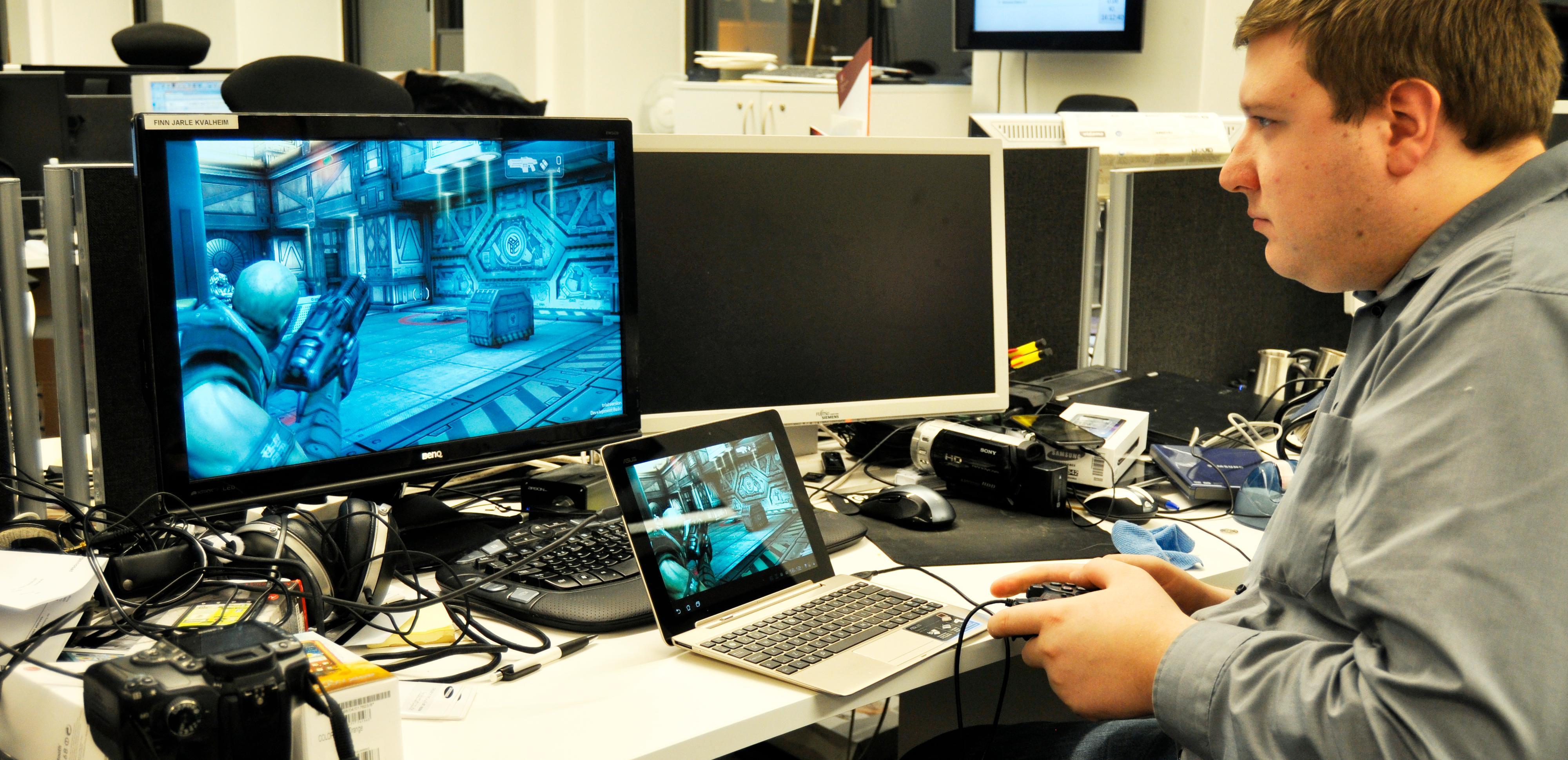 Slik ser det ut når vi tester spillfunksjonene i Transformer Prime - legg merke til håndkontrollen.