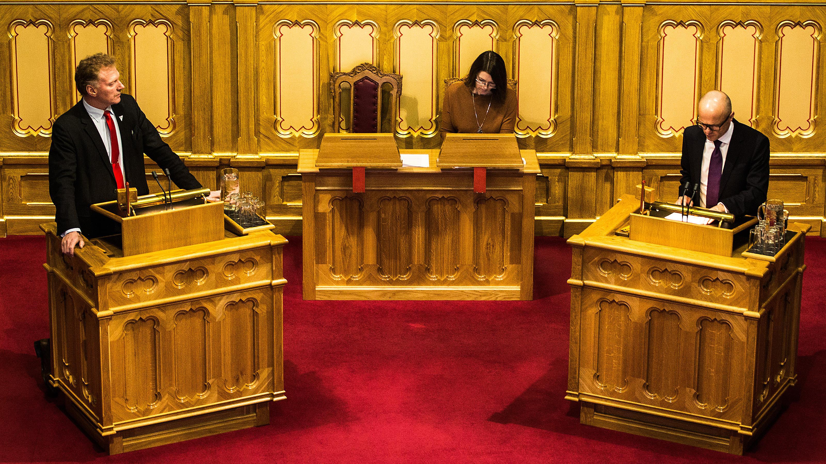 Johnny Ingebrigtsen, Sosialistisk Venstreparti, ber statsråd ved Statsministerens kontor Vidar Helgesen om en redegjøring.Foto: Varg Aamo, Hardware.no