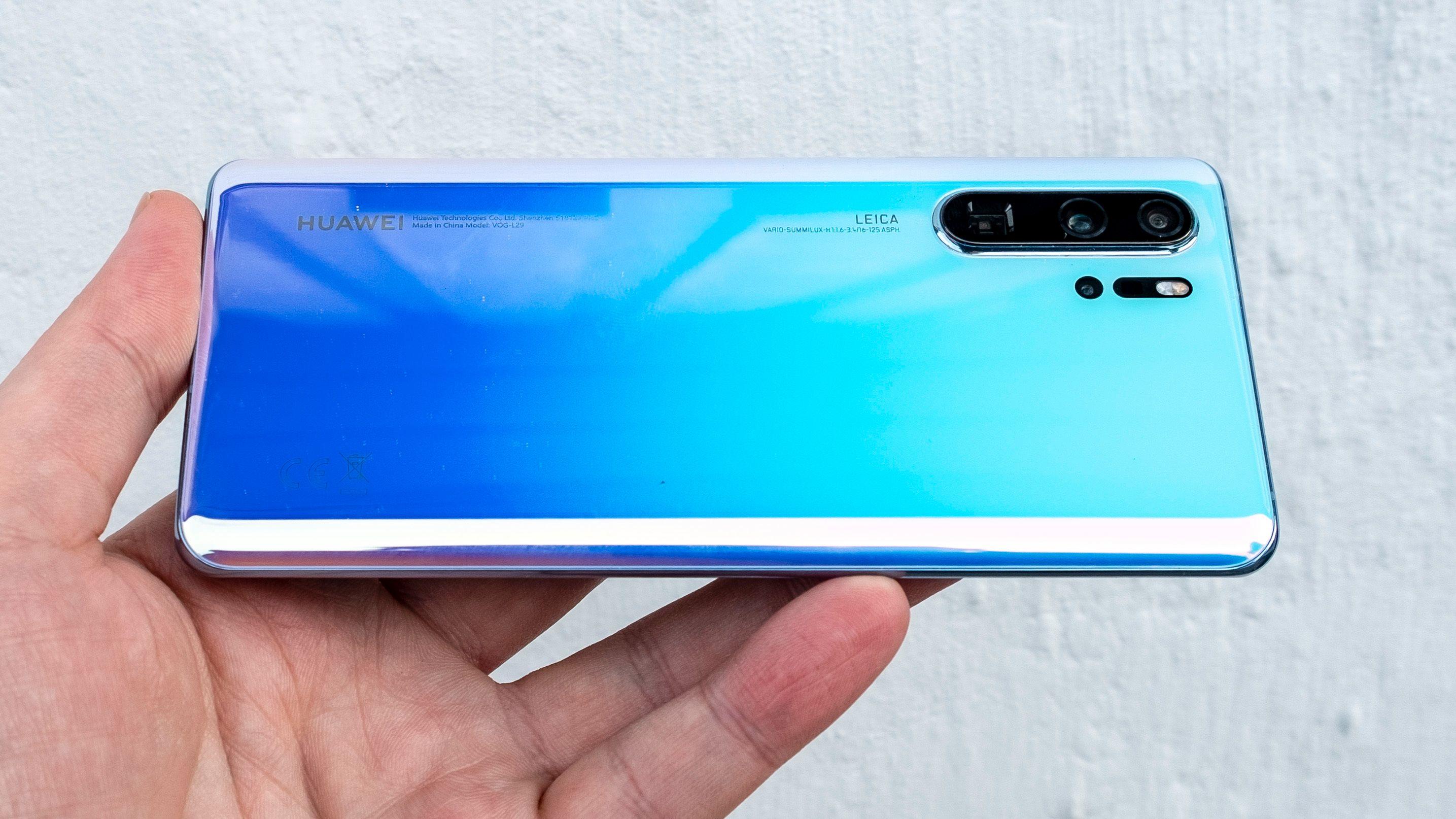 Ming-Chi Kuo mener Apple kommer til å tilby en periskoplinse i iPhone i 2022. Huawei har allerede en slik i sin P30 Pro (bildet), og også Oppo har telefoner med periskopzoom.