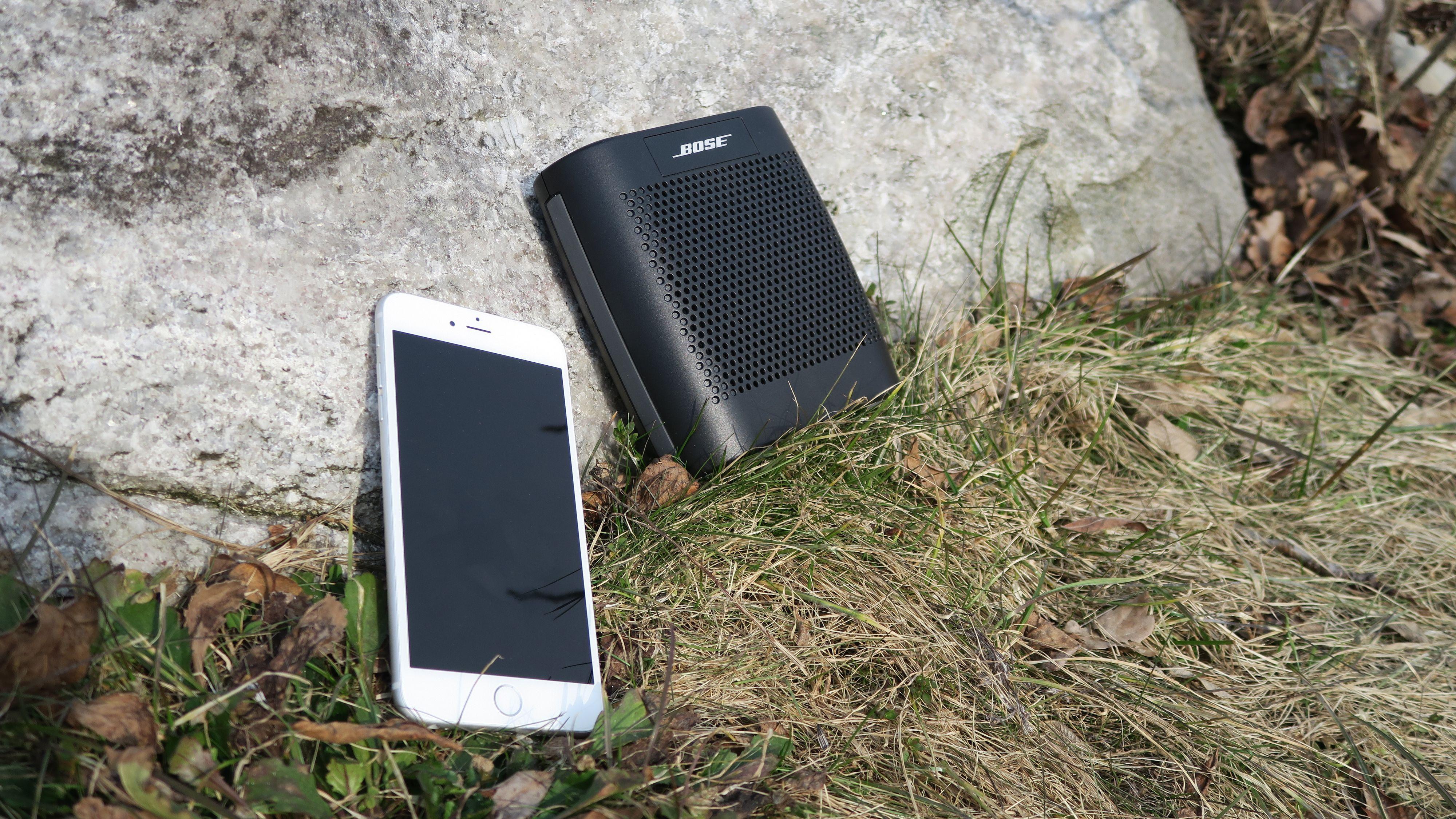 Du kan ta med mobilen et stykke unna høyttaleren uten at signalet forstyrres. Foto: Ole Henrik Johansen / Tek.no