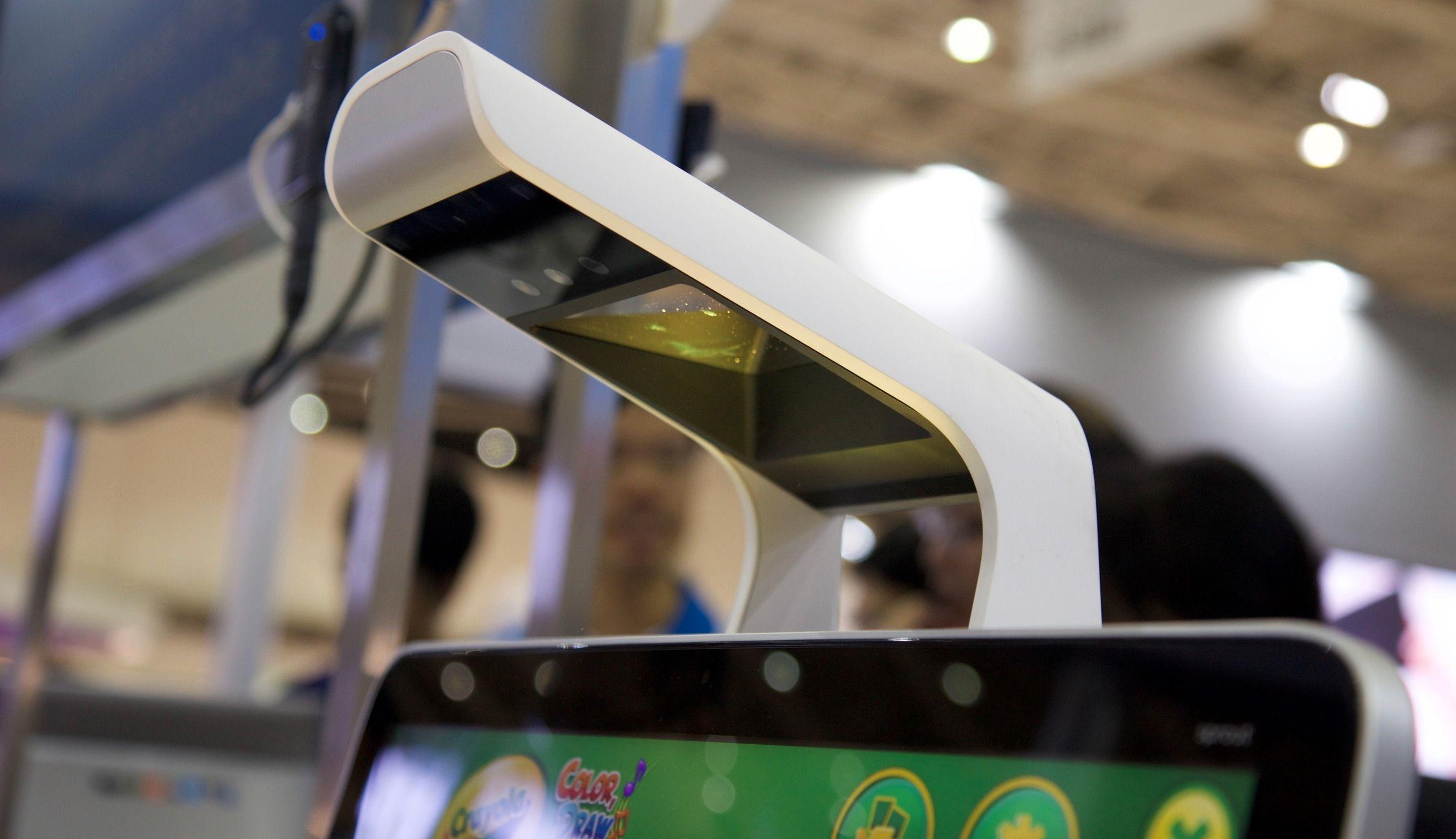 En kombinert projektor og Intel RealSense-kamera, samt en berøringsfølsom pekeplate, er hemmeligheten bak HP Sprout. Foto: Kurt Lekanger, Tek.no