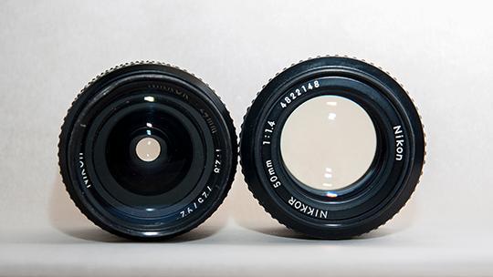 På disse årgangsobjektivene med manuel blender synes forskjellen på 2.8 og 1.4 svært godt. Fra venstre: Nikon 28mm f/2.8 og Nikon 50mm f/1.4. (Foto: Kristoffer Møllevik)