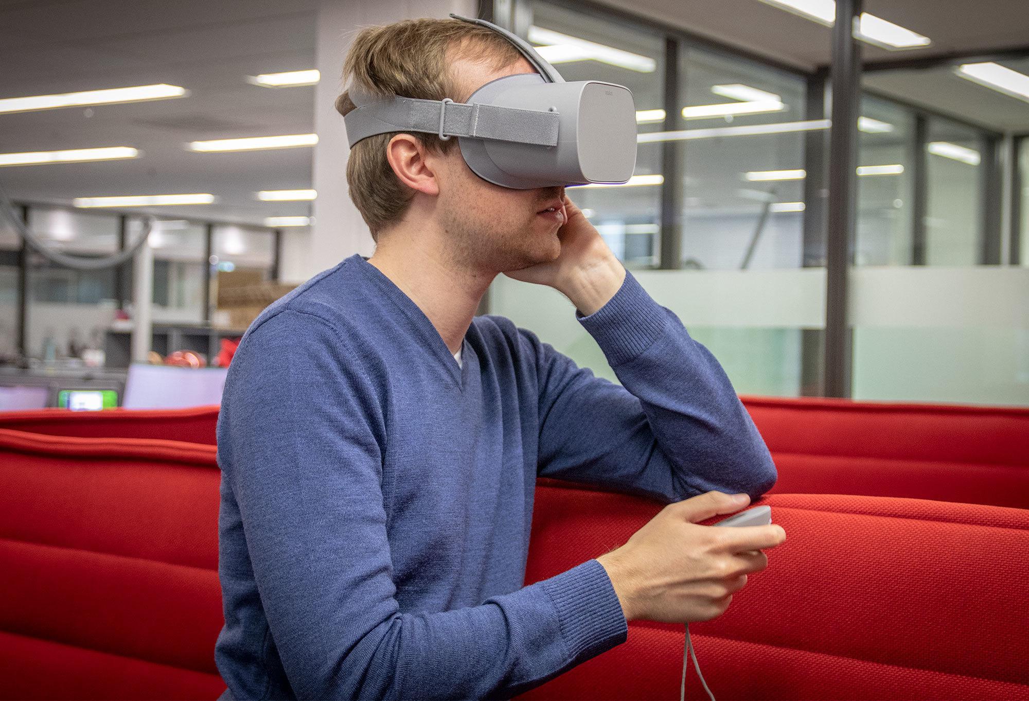 Du kan ikke bevege deg rundt i rommet med Oculus Go, så du er nødt til å enten stå stille eller sette deg ned.