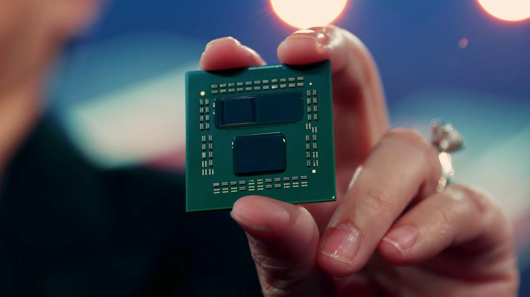 Under årets Computex-messe kunne AMD-sjef Dr. Lisa Su holde opp en Ryzen 9 5900X-prototype med 3D V-Cache.
