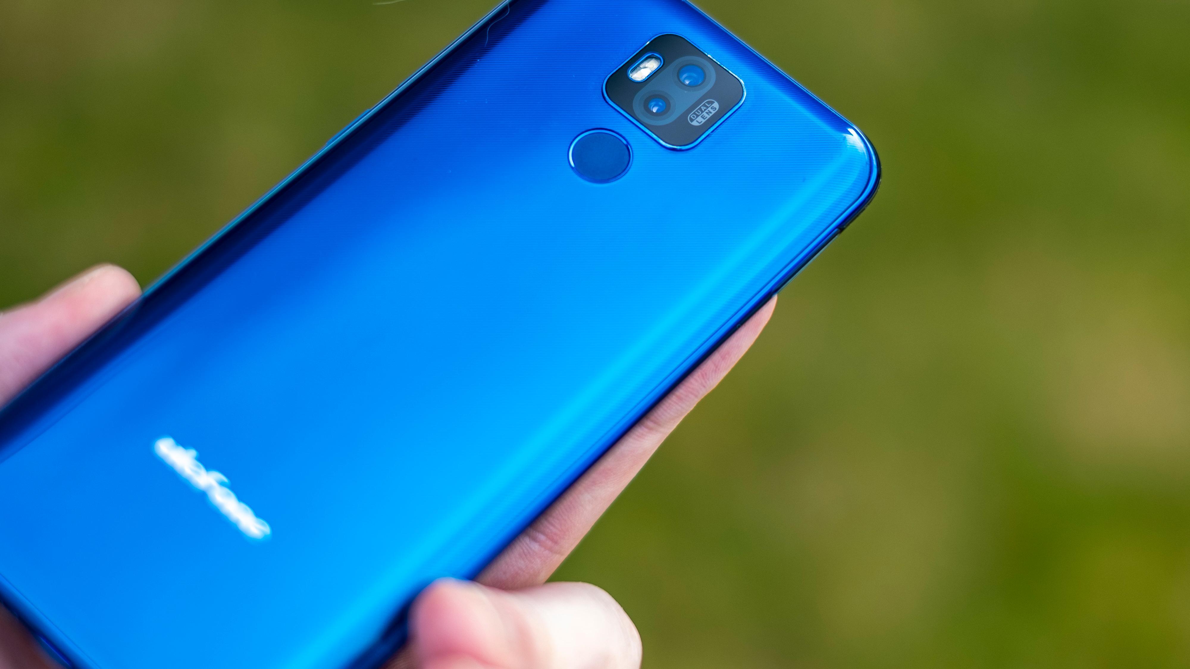 Power 6 har usedvanlig flott design til å være en billig telefon med et stort batteri. Men slitestyrken er så som så, og avhengig av hvordan du bruker den er det ikke sikkert batteriet er så mye bedre enn i de beste konkurrentene.