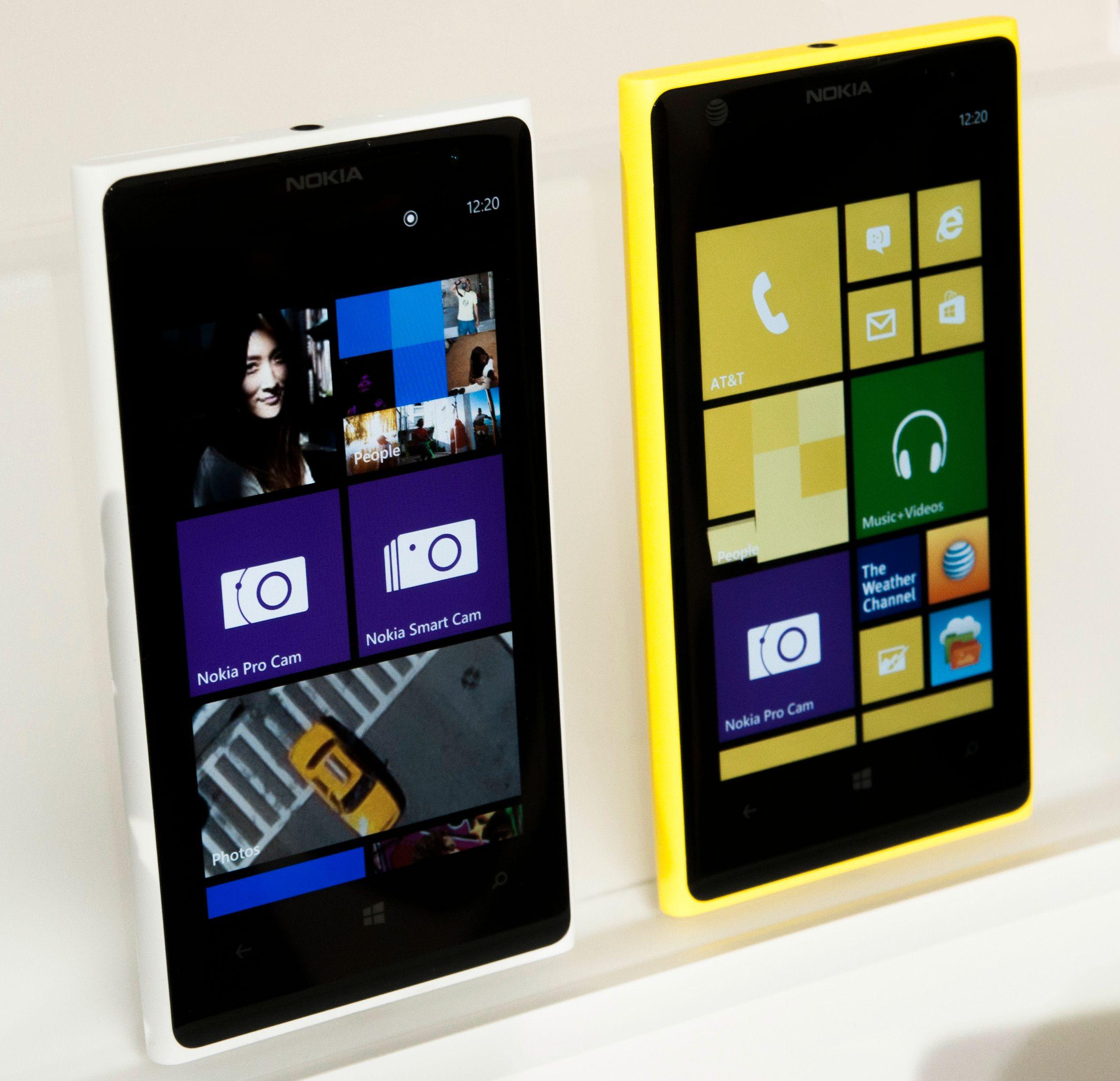 Hvit og gul Lumia 1020 ved siden av hverandre.Foto: Finn Jarle Kvalheim, Amobil.no