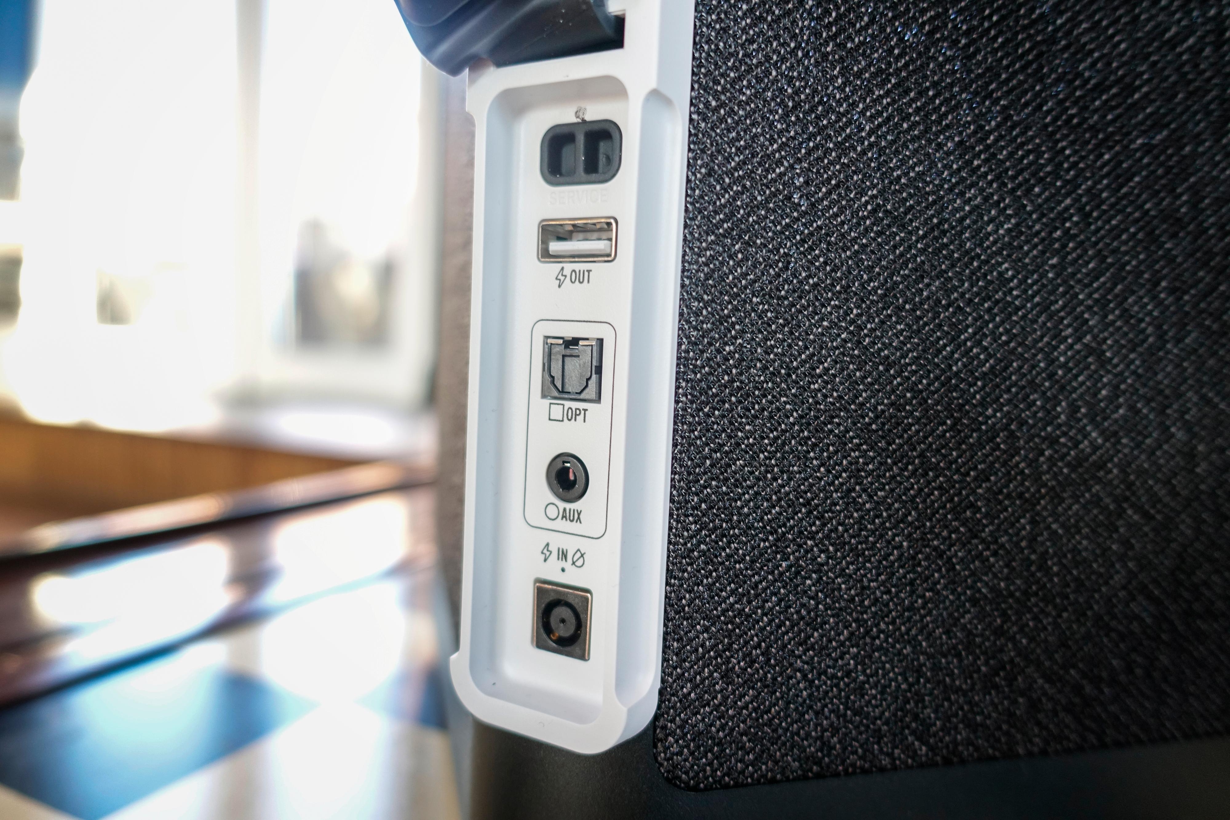 Bak et gummideksel bak finner du diverse innganger og en USB-A-utgang for å kunne lade andre enheter. Den øverste porten er kun for service.