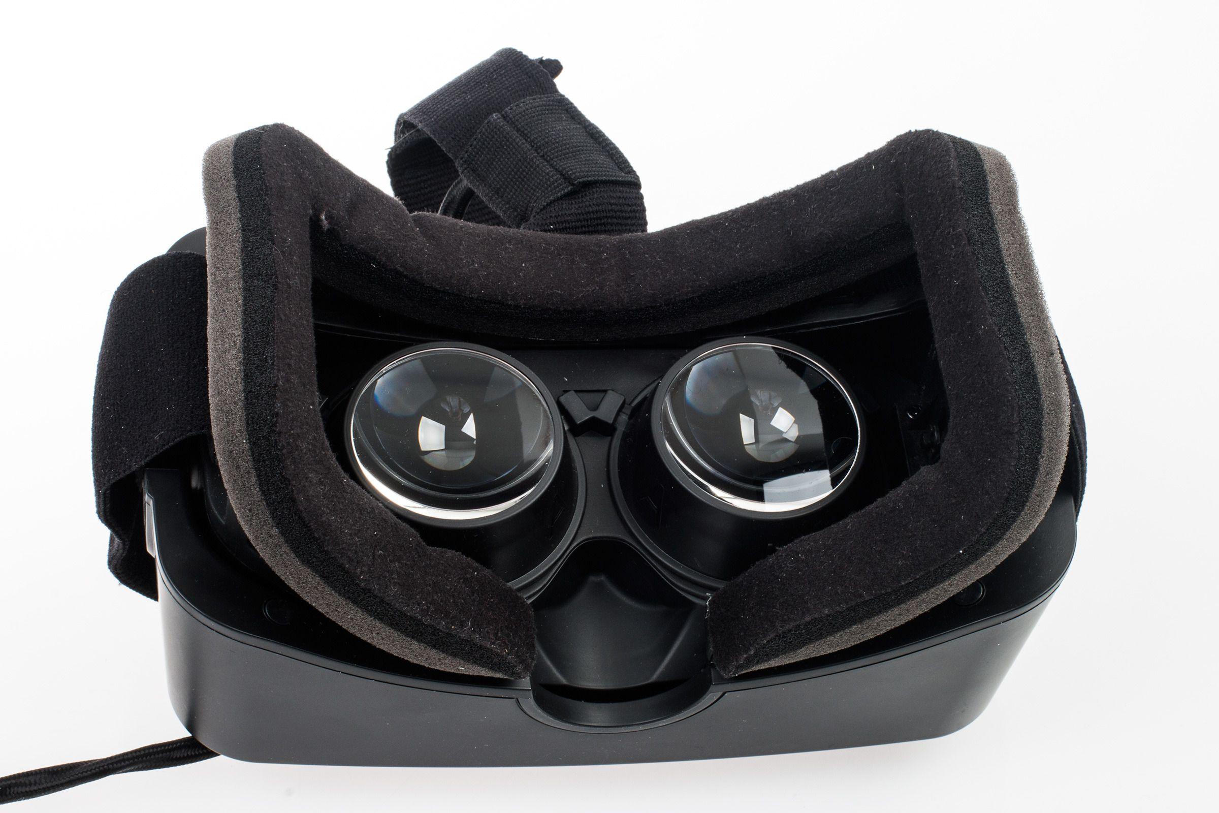 På innsiden av brillene ser ting stort sett likt ut som før, i alle fall ved første øyekast. Linsene har imidlertid fått en større diameter, og den høyoppløste OLED-skjermen skal også være fysisk krympet.Foto: Varg Aamo, Tek.no