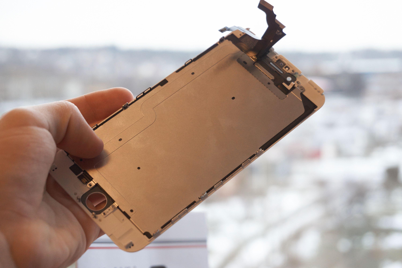 Å montere på LCD-bakplata igjen var relativt smertefritt. Kabelen til hjemknappen ble festet med en liten bit dobbeltsidig teip.