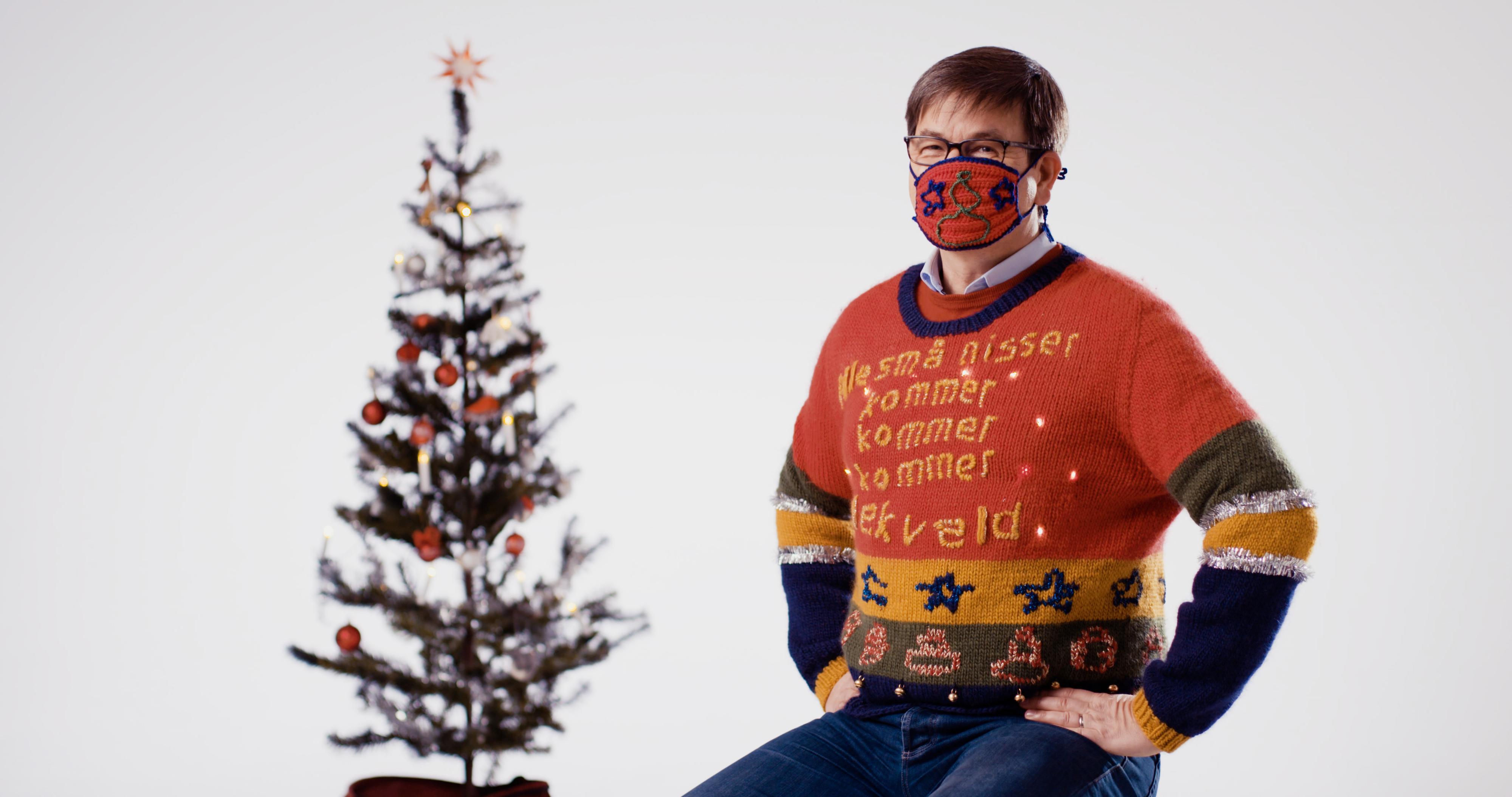 Trond Eilertsen i Computas viser frem «verdens styggeste julegenser». Her også med et kledelig munnbind som man ofte får brukt for i disse pandemitider.