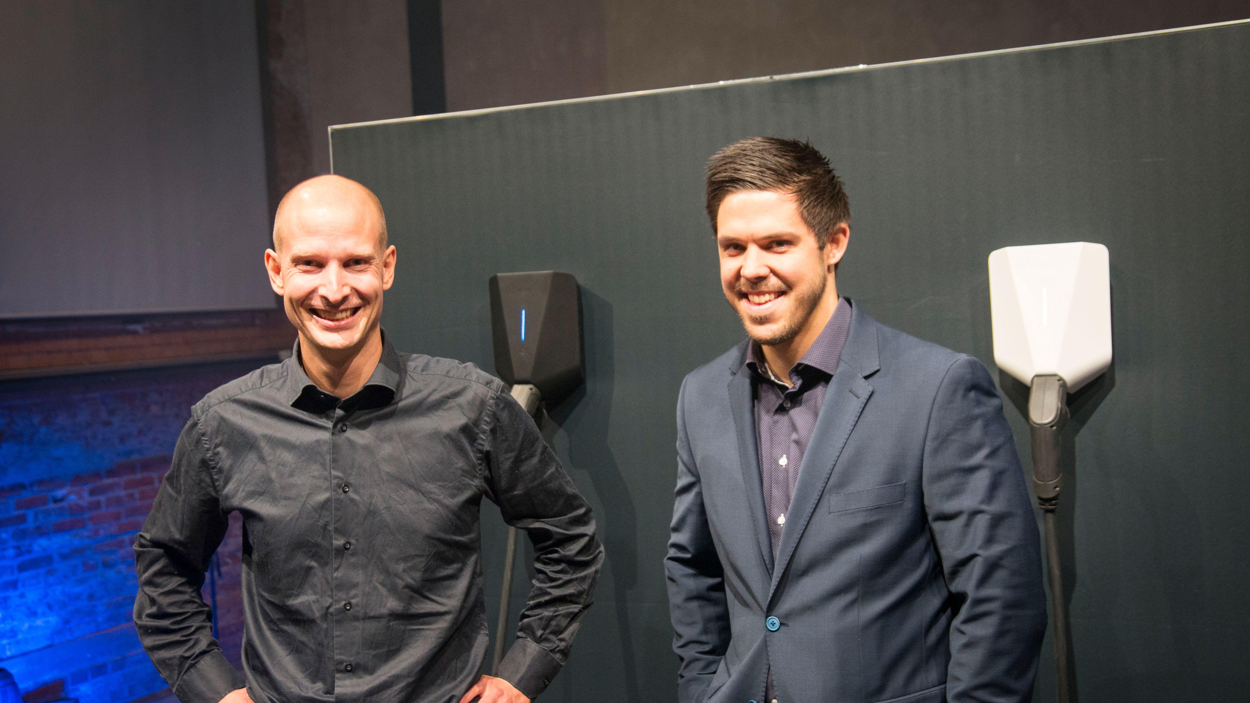 Tibber-sjef Edgeir Vårdal Aksnes (t.v.) og Jonas Helmikstøl fra Easee foran lanseringsarrangementet tirsdag kveld, hvor blant andre Tesla og BMW er med.