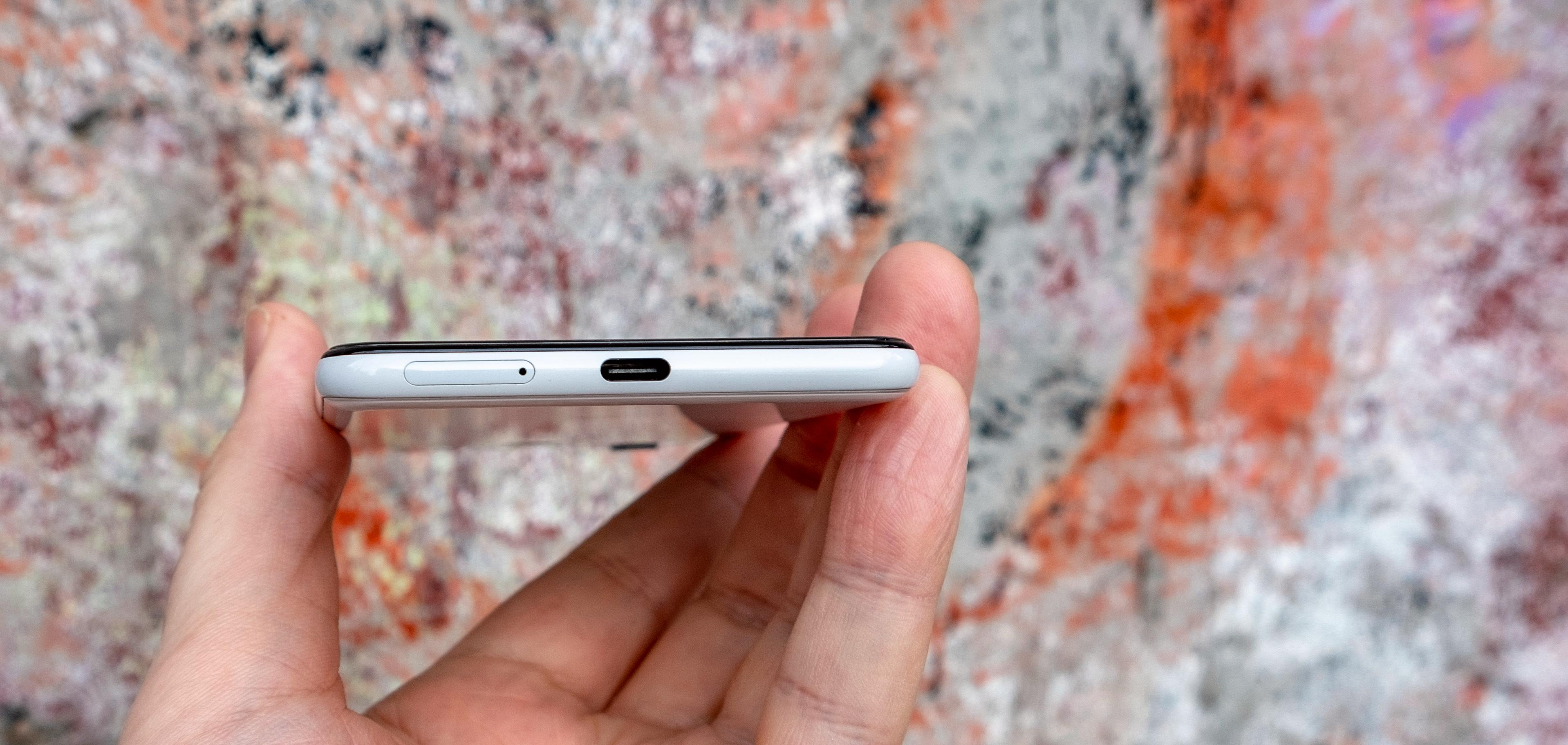 Hurtigladende USB-C-kontakt i bånn, men ingen minijack - du må bruke overgang til dine gamle kablede hodetelefoner.