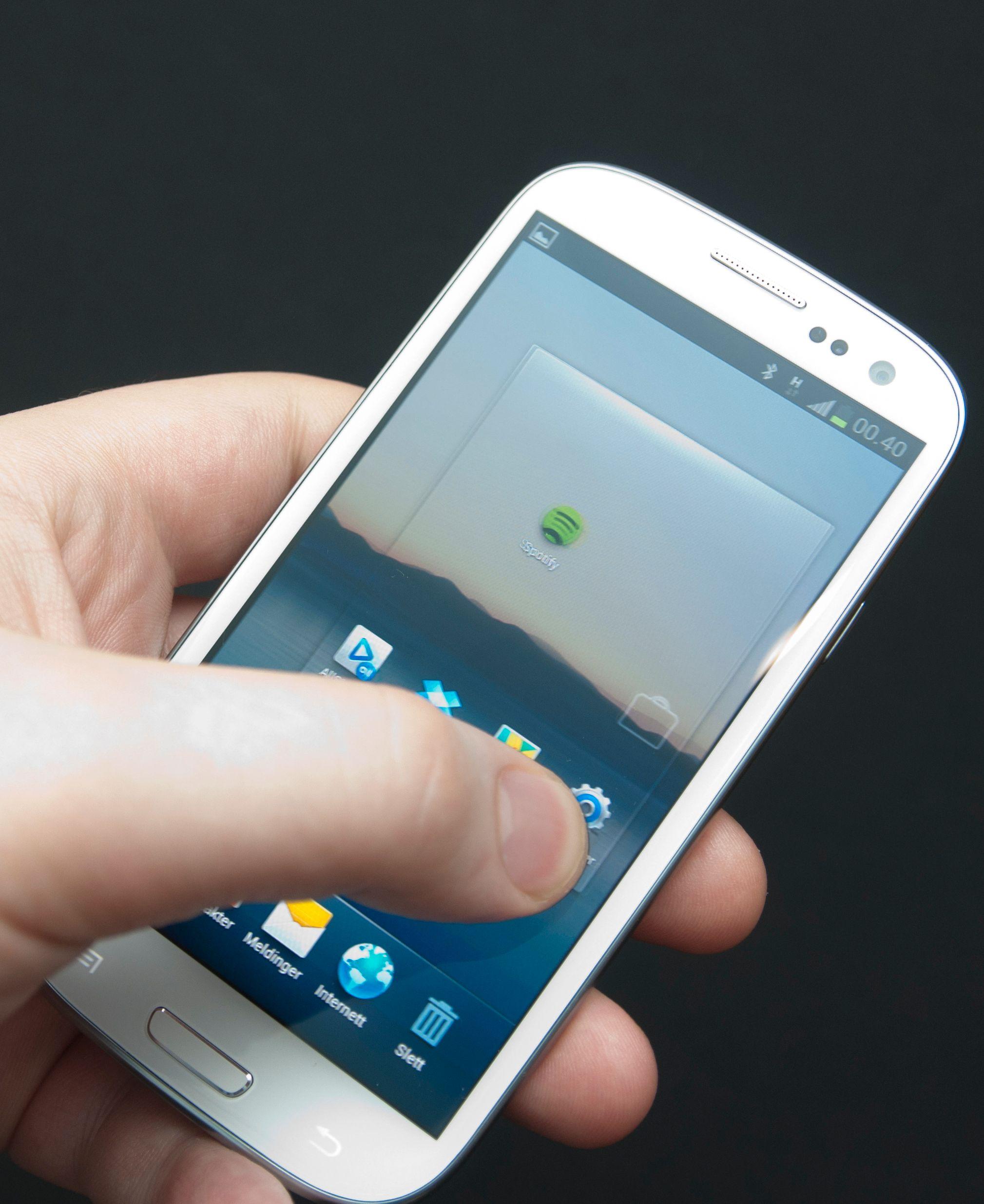 Galaxy S III kan bruke det innebygde gyroskopet til å bytte hjemmeskjerm når du skal stokke om på snarveiene dine. Bare hold fingeren inne over ikonet, og vri telefonen.