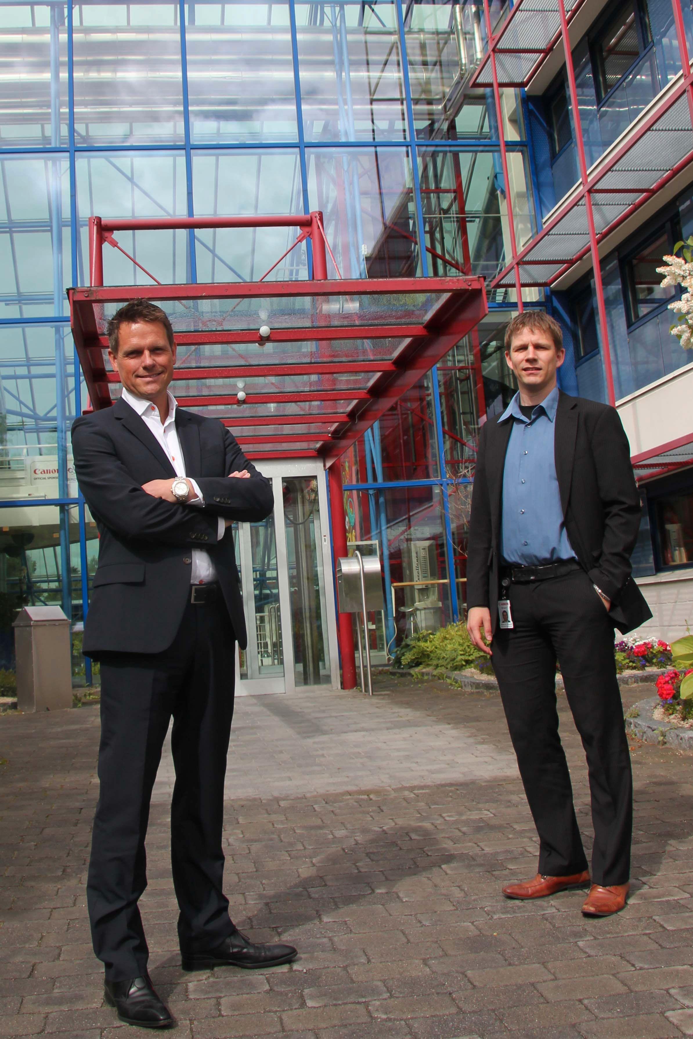 Vidar Vorpenes (venstre) og Steinar H. Nygaard foran inngangen til det spektakulære Canon-bygget på Holmlia.Foto: Atle Skretting