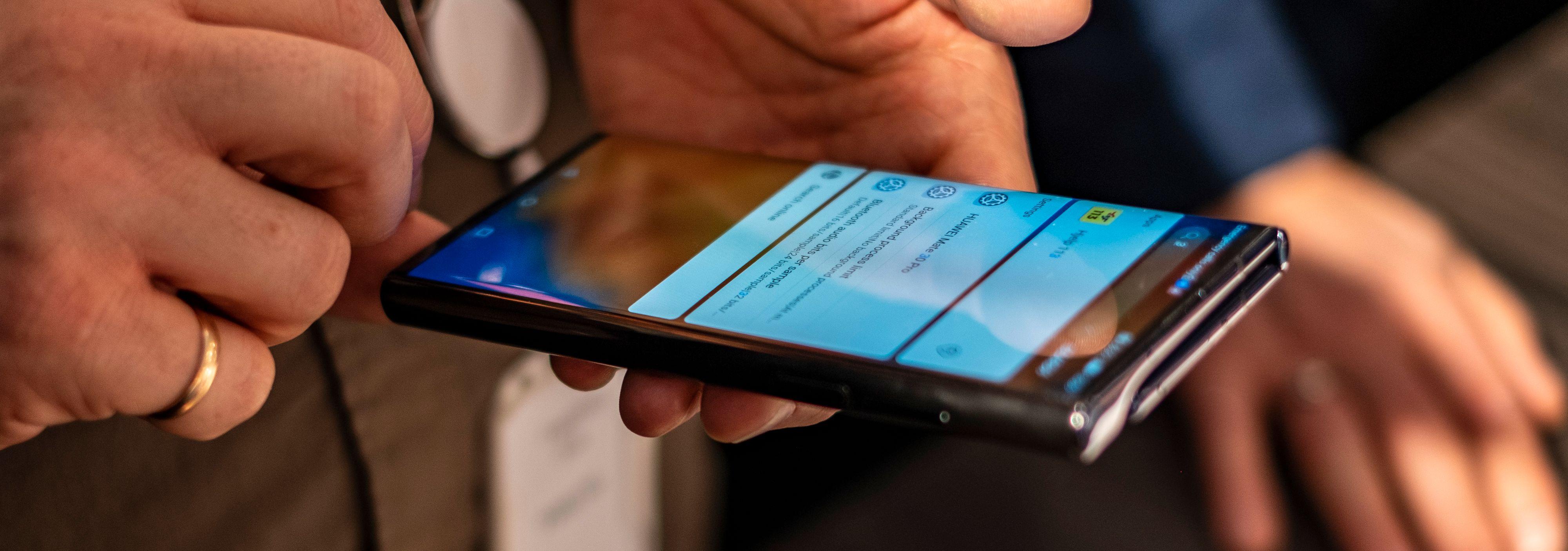 Sammenbrettet oppfører den seg nesten som en hvilken som helst annen mobiltelefon.