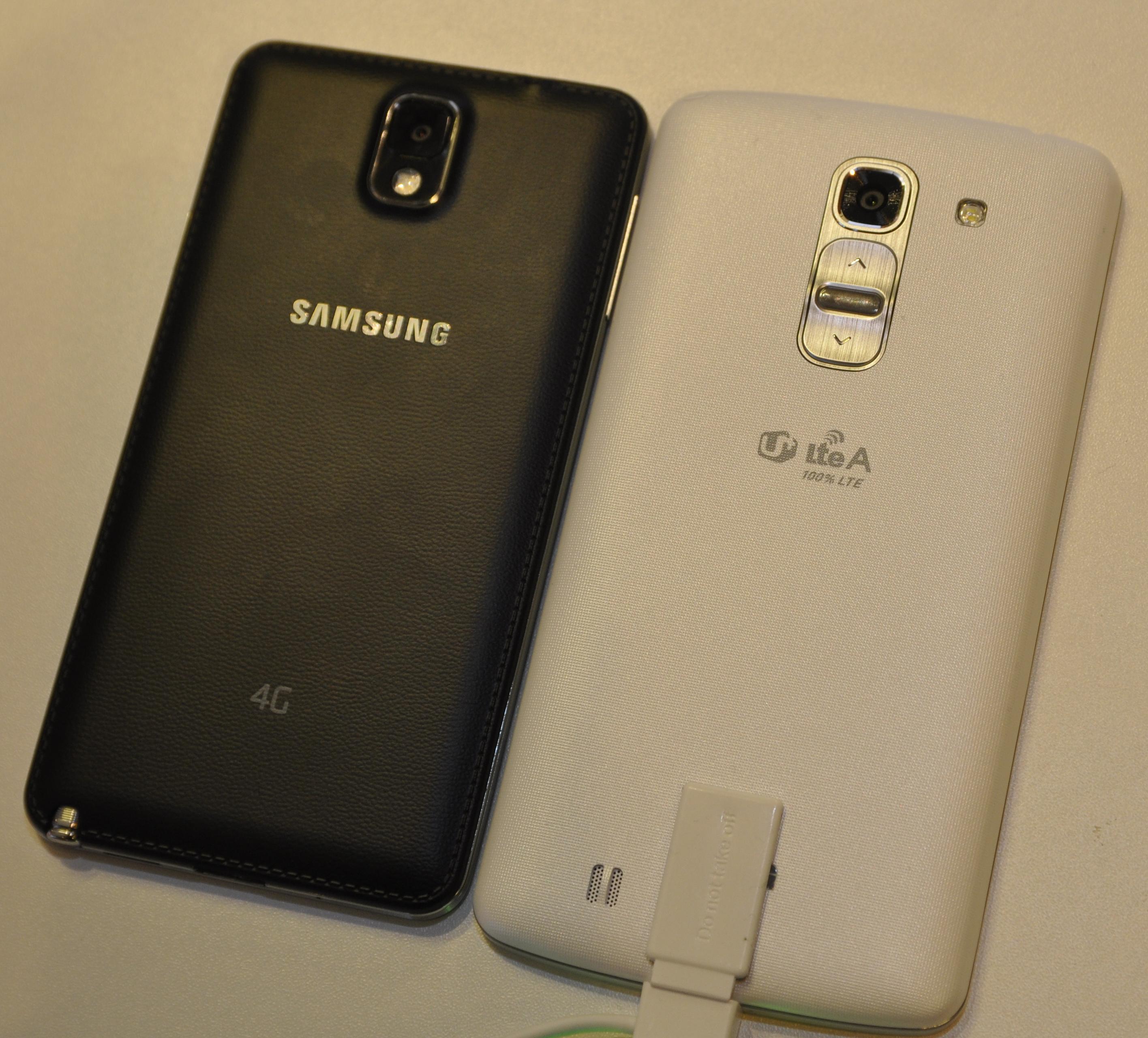LG G Pro 2 ved siden av Samsungs Galaxy Note 3. Sistnevnte har 0,2 tommer mindre skjerm, men det skiller ikke stort på størrelse mellom dem.Foto: Finn Jarle Kvalheim, Amobil.no