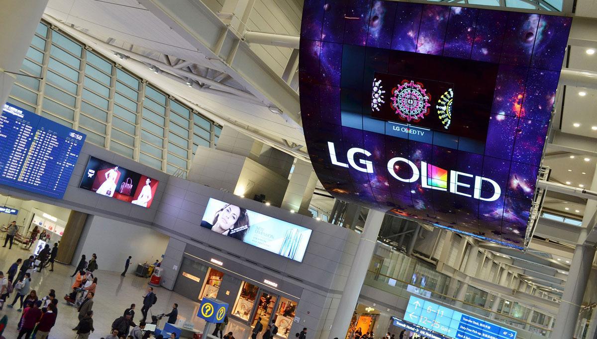 LG mener OLED-skjermer egner seg godt til slike oppheng, ettersom skjermene er syltynne og kan bøyes. Foto: LG