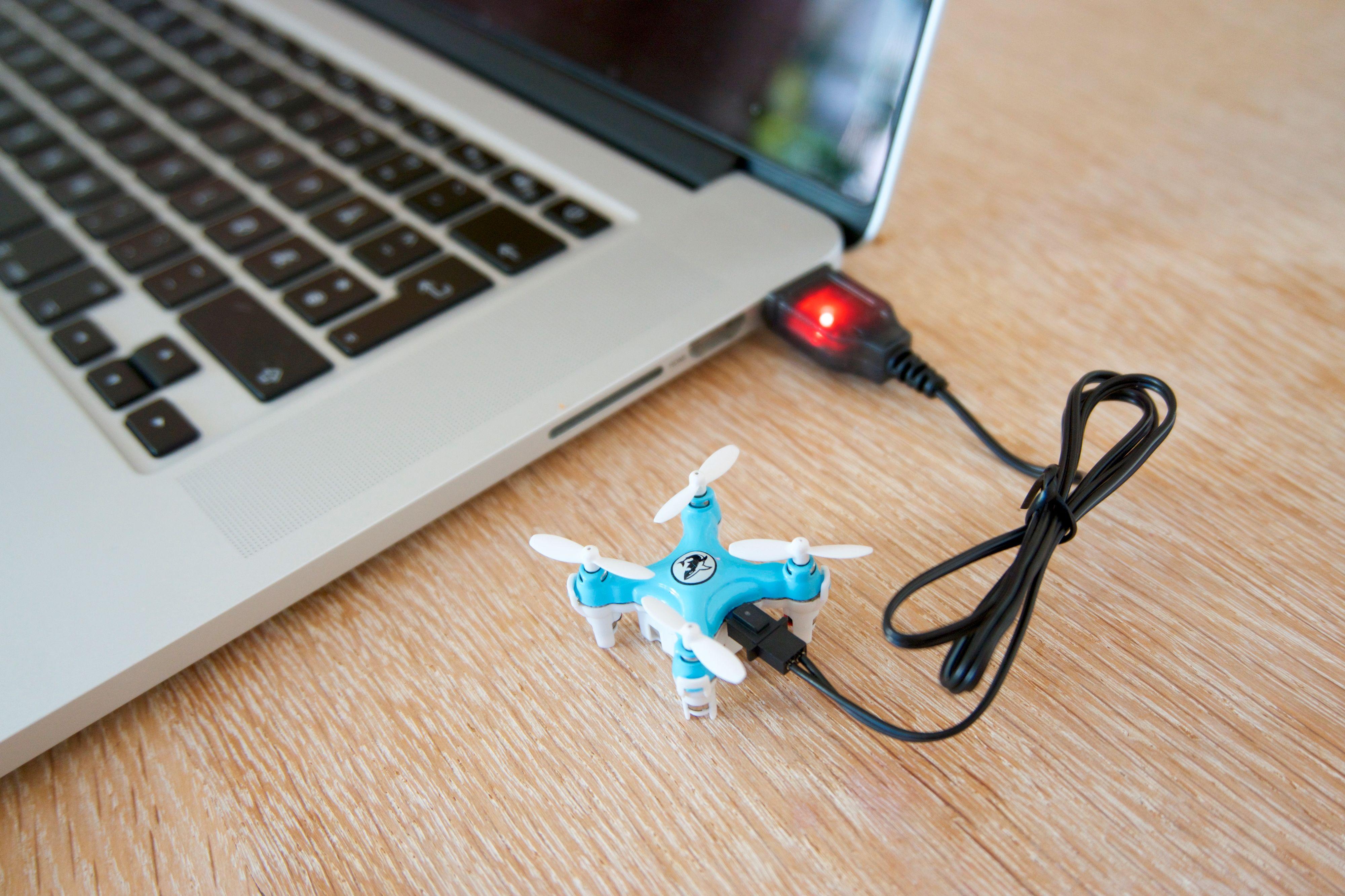 Flere av droneprodusentene insisterer på at man skal lade dronene slik – gjennom en datamaskin. Men det er ikke noe problem å lade dem i vegguttaket heller.