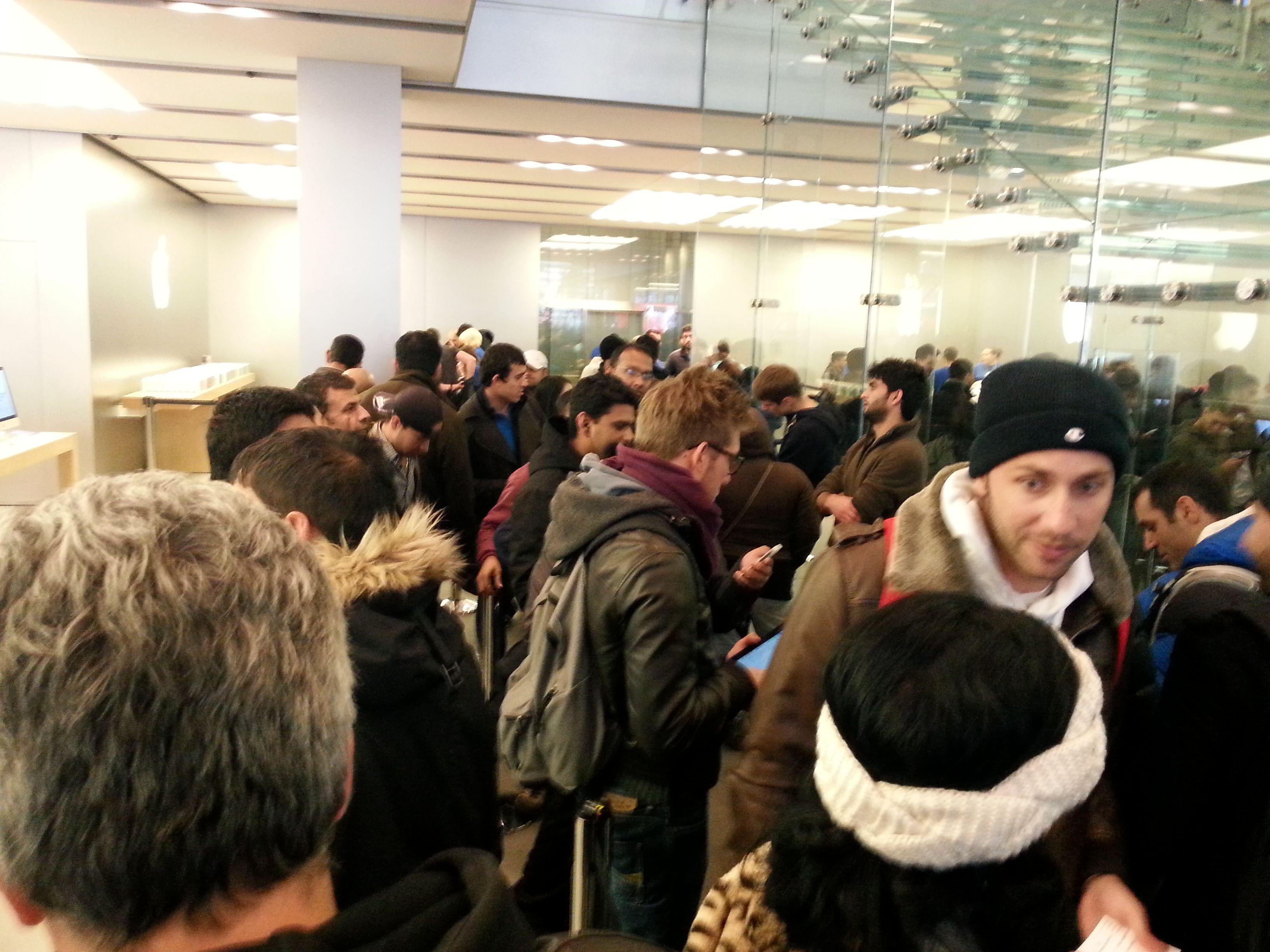 Fullt kaos både innenfor og utenfor butikken.