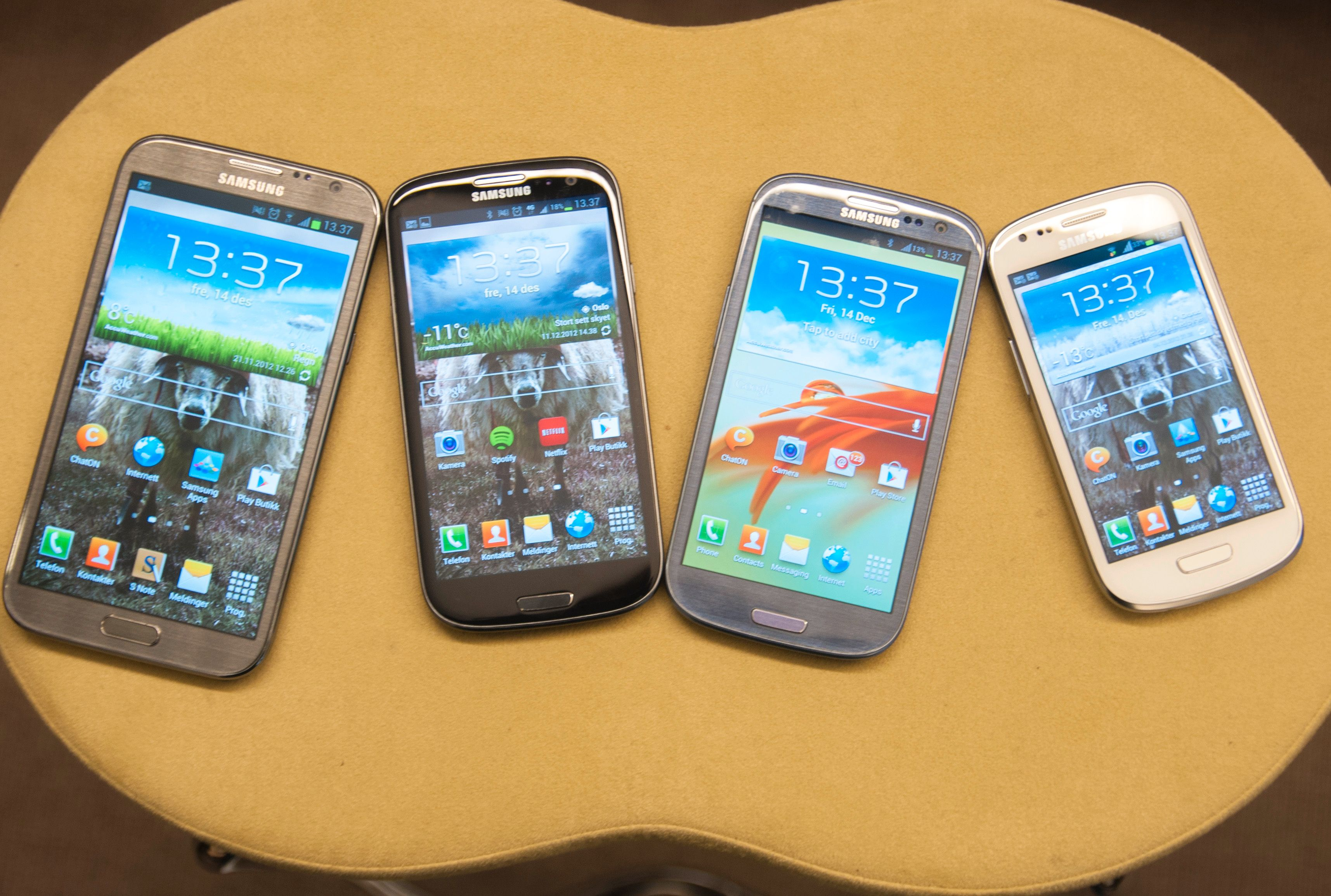 Fire galakser – fra venstre; Galaxy Note II, Galaxy S III 4G, Galaxy S III og Galaxy S III Mini. Sistnevnte hører egentlig ikke hjemme i dette selskapet.