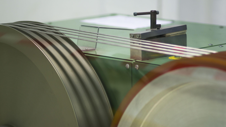 Superlederen er laget av Niob-titan, det vanligste materialet man lager superledere av når de skal brukes i magneter. Selve kabelen består av en rekke niob-titan-fibre som er flettet sammen med aluminium og kobber. Superlederen blir produsert av en annen leverandør som leverer den til CERN på enorme spoler. Når produksjonen spoler blir kabellen først spunnet opp på en rekke store hjul. Foto: Varg Aamo, Hardware.no