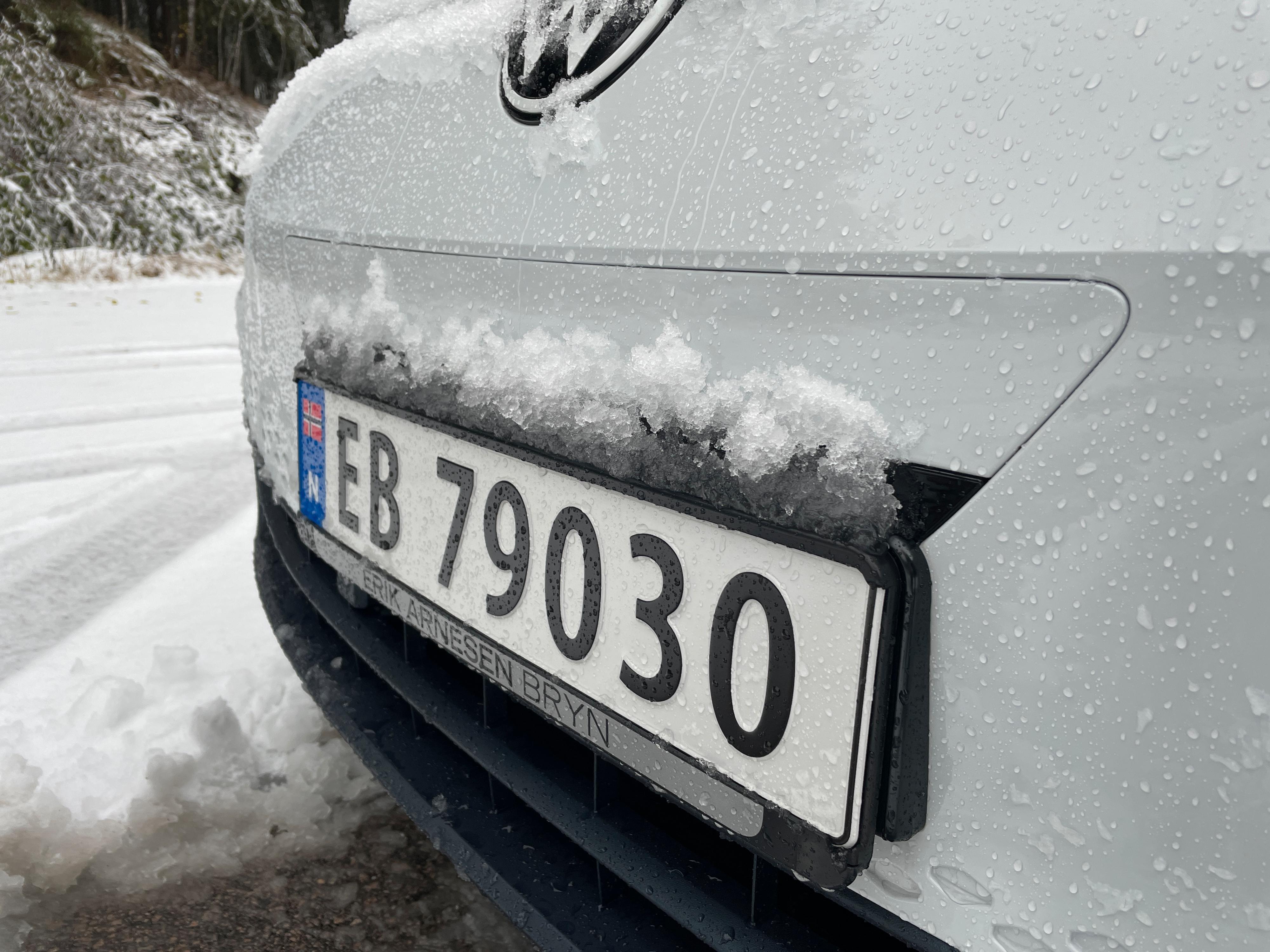 Sensorlisten foran på bilen har fått en fin uthevet skiltplate foran seg, slik at snøen samler seg opp. Om det var det som ga meg mine første feilmeldinger vites ikke. Meldingene forsvant etter noen minutter på veien.
