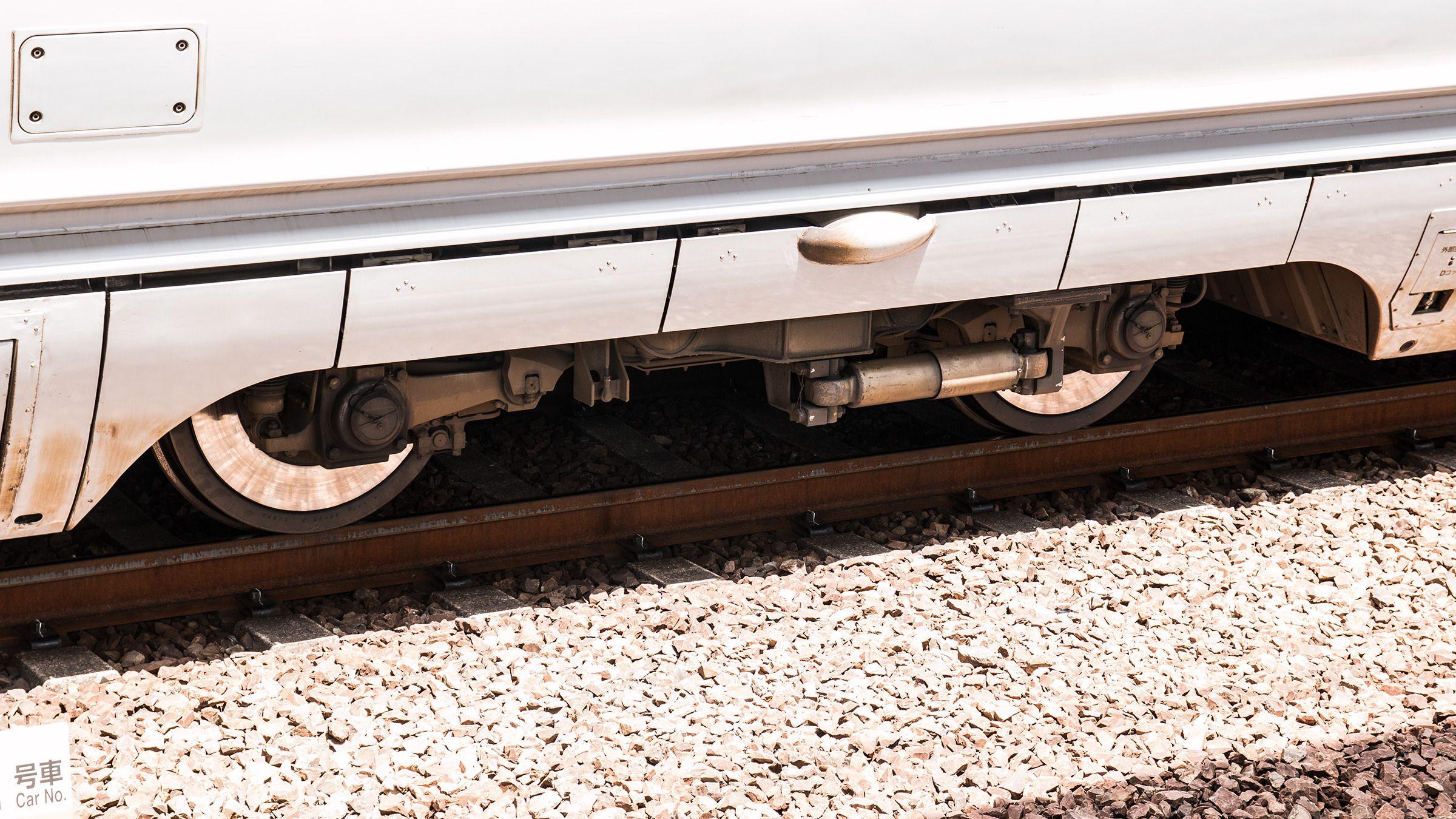 Togene på Shinkansen holder bakkekontakten godt – kroppen på toget omslutter nesten hjulene fullstendig.Foto: Varg Aamo, Hardware.no