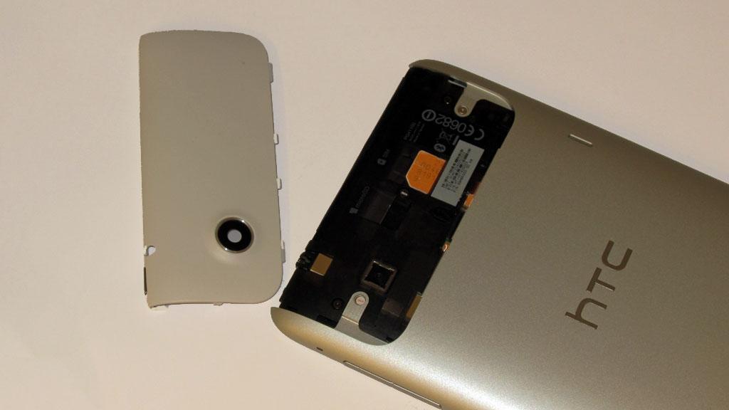 SIM-kort og minnekort sitter bak plasdekselet på toppen av brettet.