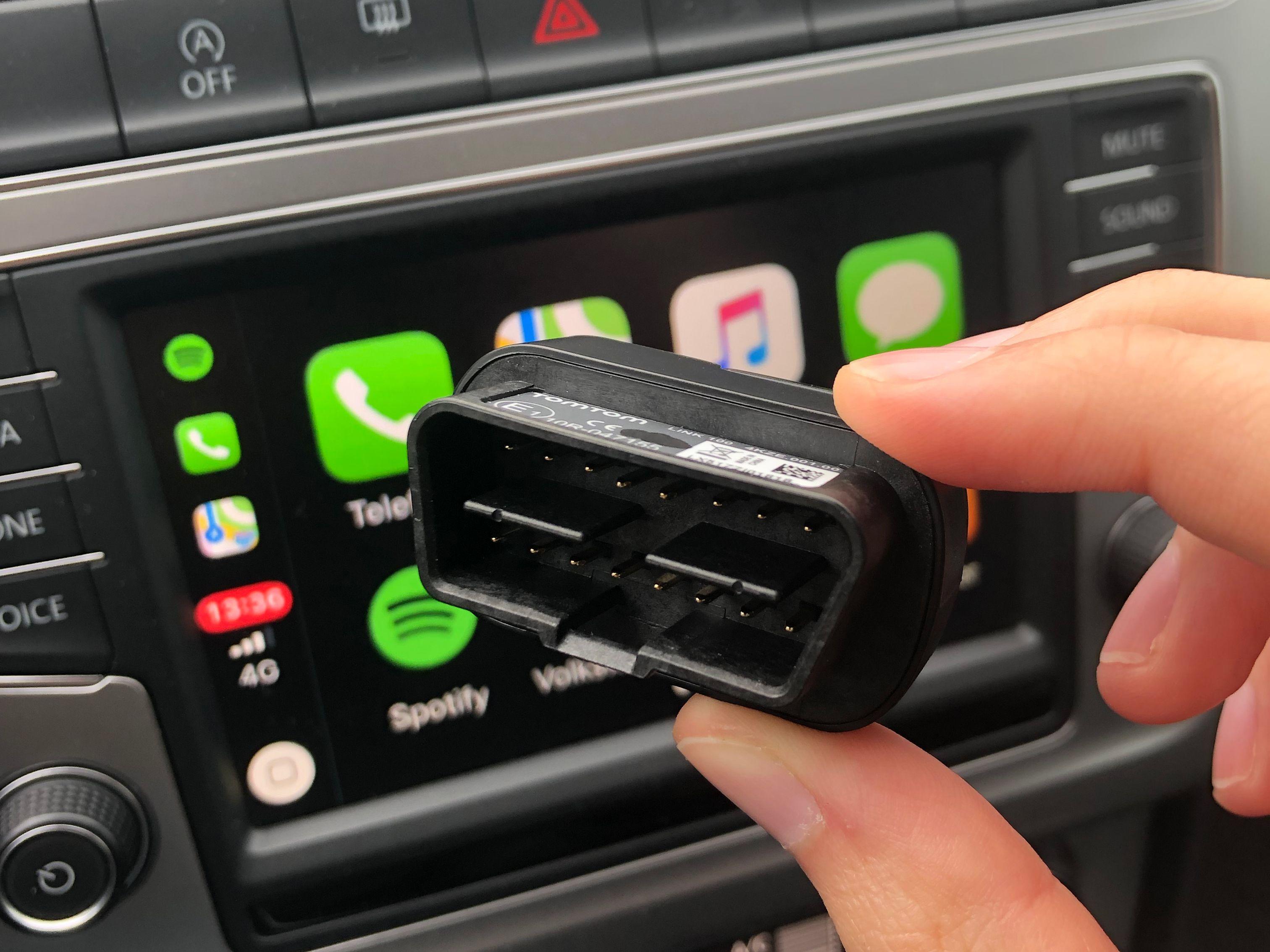 Smartpluggen kobles inn i diagnoseporten i bilen og kommuniserer med mobilen din via Spinn-appen på telefonen.