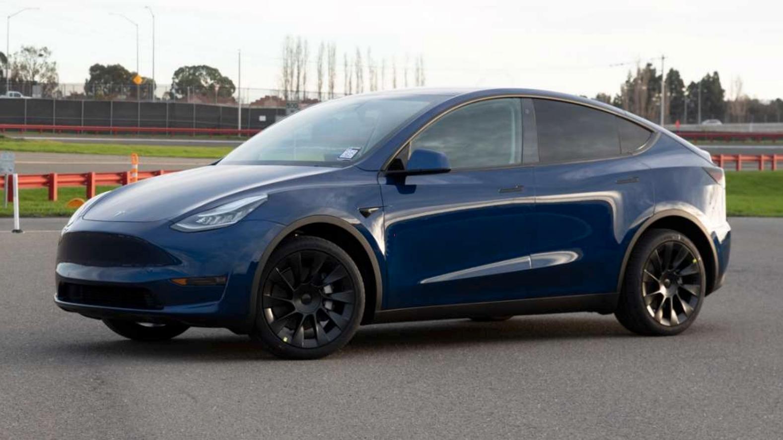 Produksjonsversjonen av Tesla Model Y er klar. Dette er det første bildet.