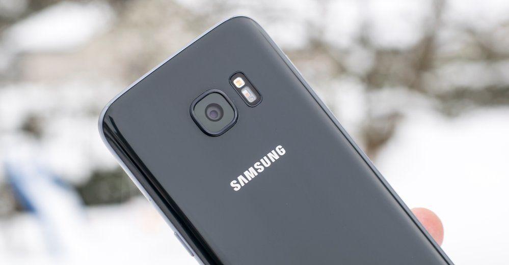 Den andre mobilgiganten Samsung, her representert ved Galaxy S7, benekter at de gjør sine eldre mobiler tregere. Bilde: Finn Jarle Kvalheim / Tek.no