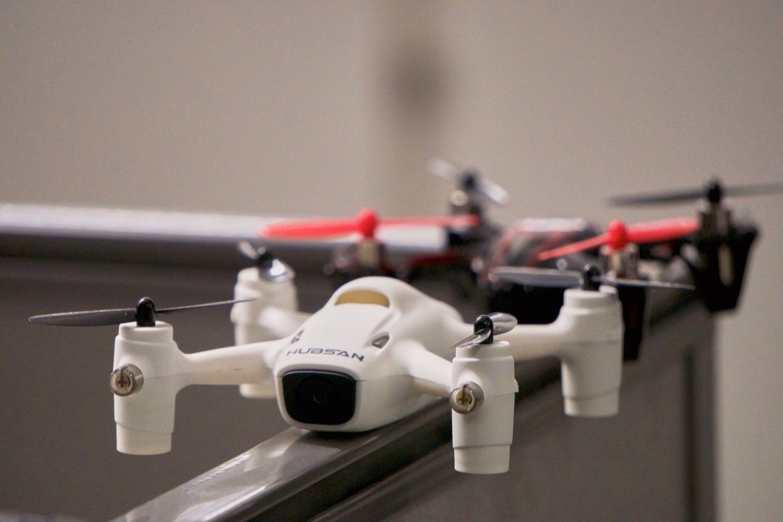 Fremskrittet fra én generasjon X4 til en annen har ikke vært så voldsomt, men om du er helt blank som dronefører kan det være lettere å komme i gang med X4 Plus – takket være bedre stabilisering og automatisk høydeholder.