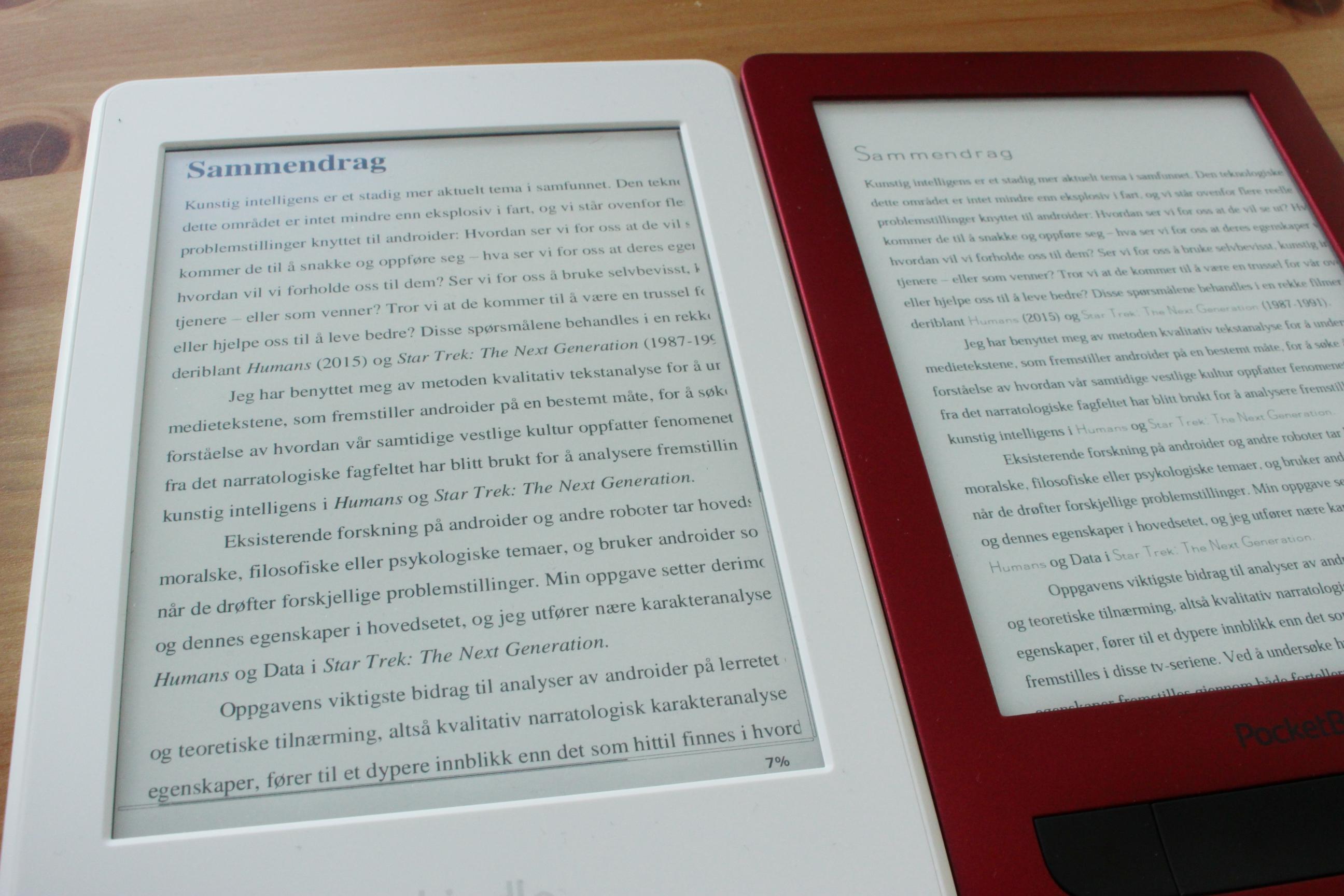 """Både PocketBook og Kobo håndtere overskrifter som er formattert i bestemte stiler samt kursiv ved å gjøre dem om til skrifttypen du ser at skiller seg ut på PocketBook (til høyre). Paperwhite (til venstre) beholder PDF-filens opprinnelige formattering og skrifttyper. (Trykk gjerne på bildet og velg ev. """"Vis original"""" (mobil) for å se teksten på lesebrettene tydeligere.)"""
