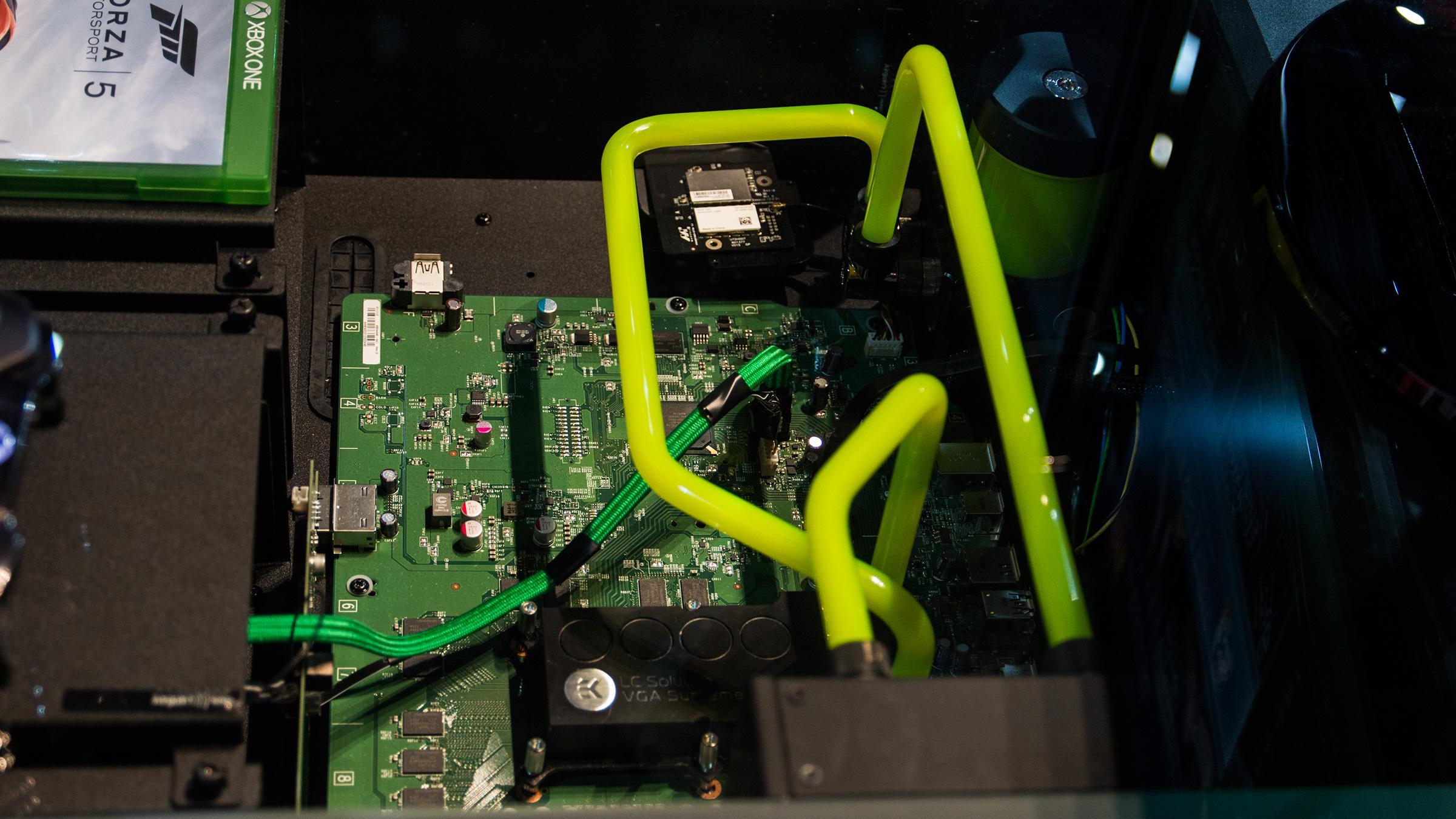 Slik har du neppe sett en Xbox One før.Foto: Varg Aamo, Hardware.no