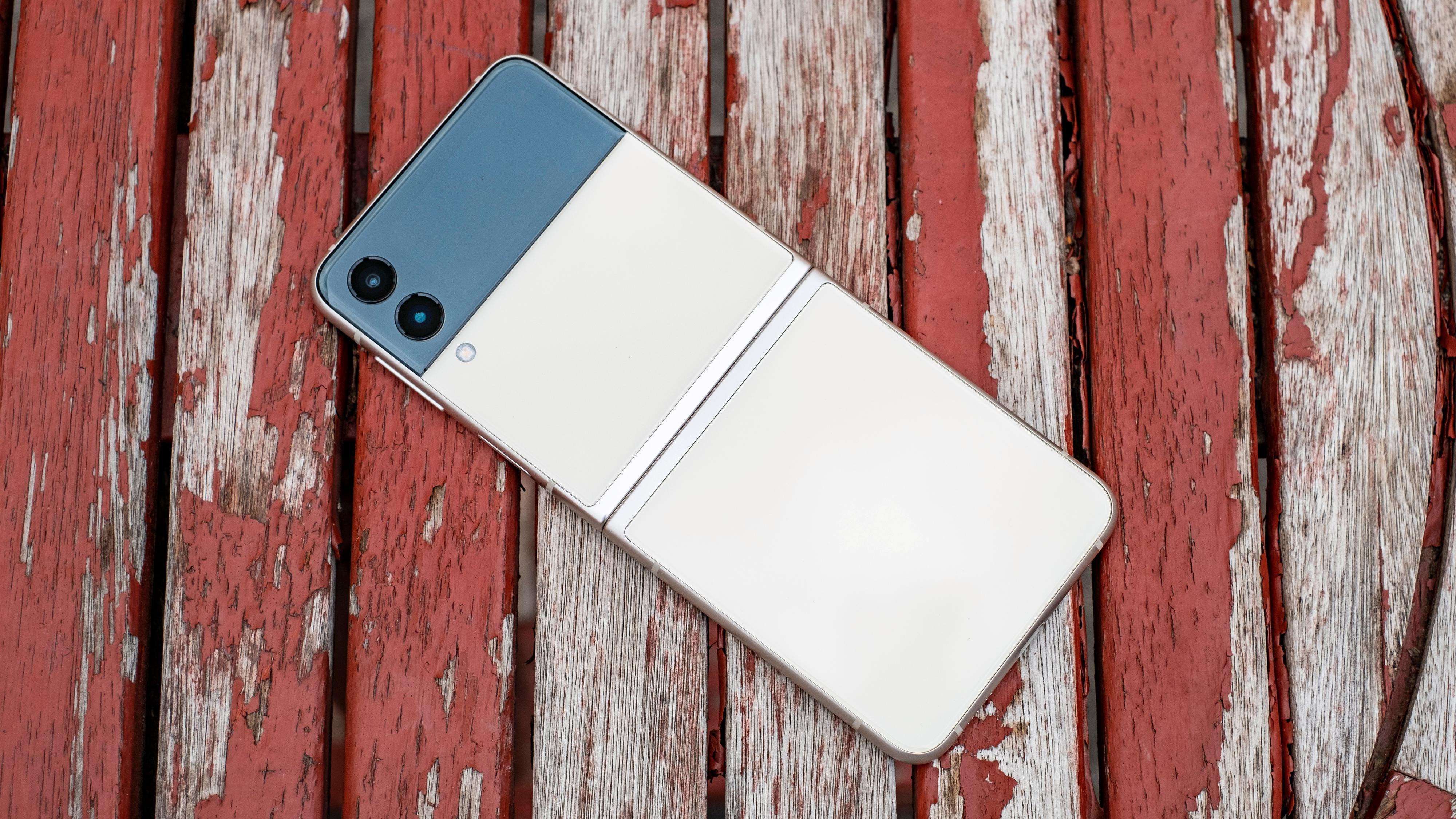 Utbrettet er Galaxy Z Flip 3 på størrelse med en helt vanlig telefon.