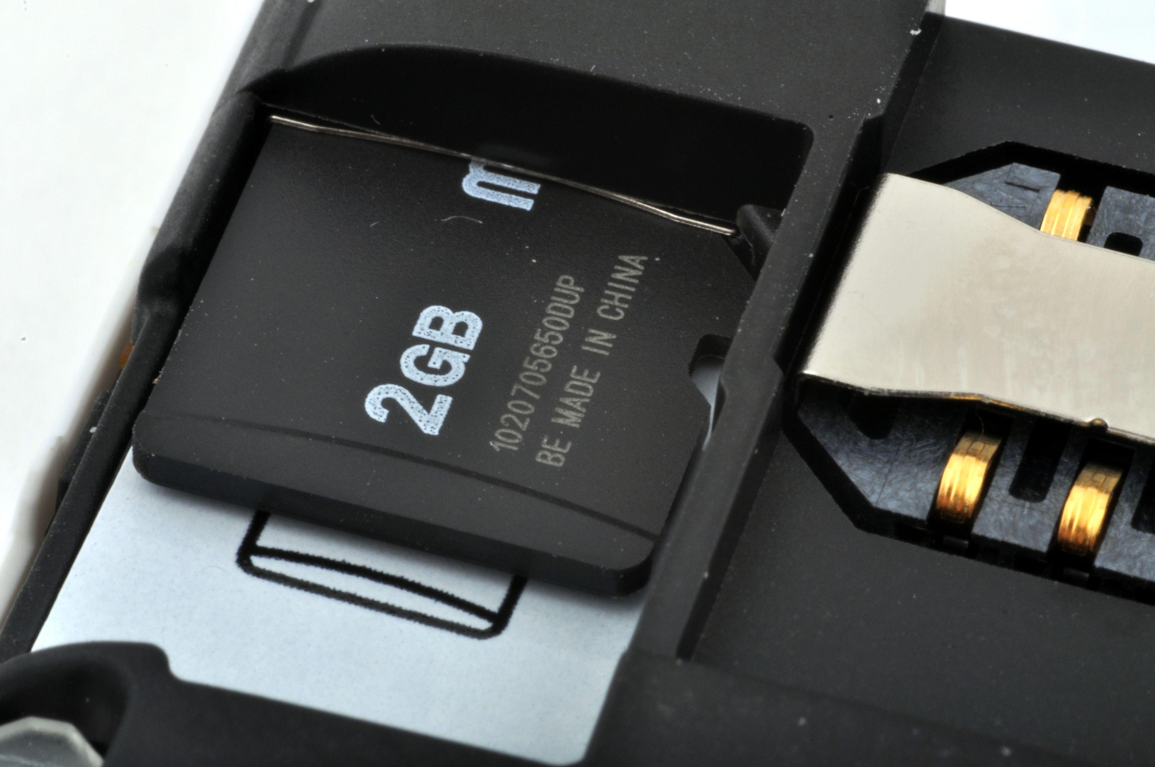 Minnekortet kan byttes uten å ta ut batteriet.