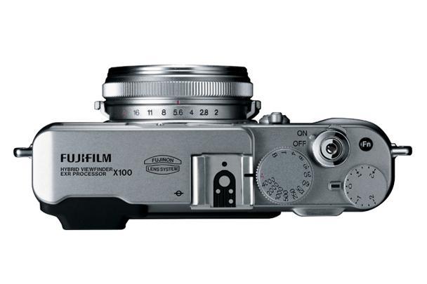 Fujifilm Finepix X100 er retro så det holder, med blenderring på objektivet.