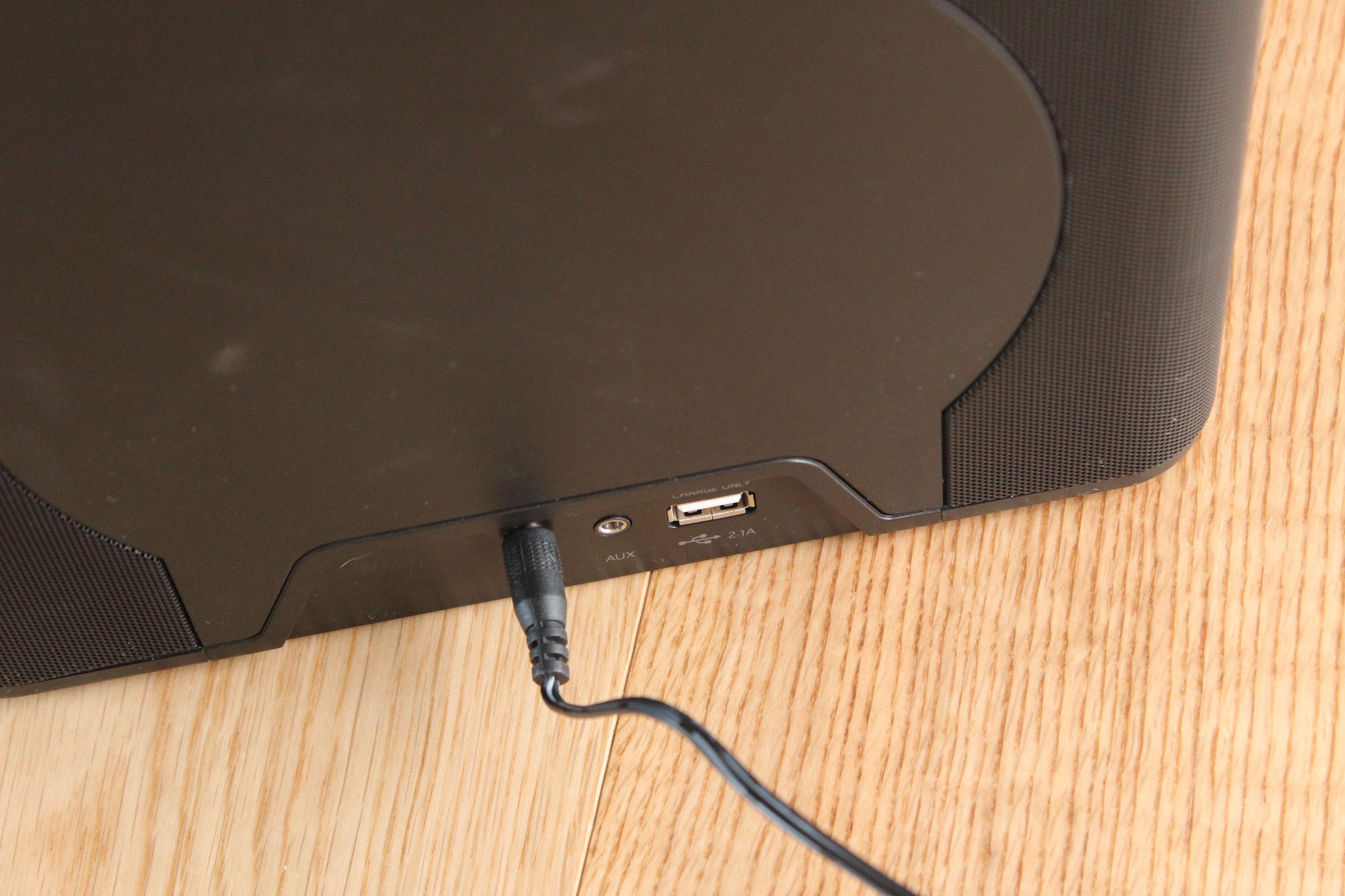 Her kan du koble til lydkilder med 3,5-mm standardkontakt. USB-porten er kun tiol lading av mobiltelefoner og annet utstyr som kan lades fra USB.Foto: Espen Irwing Swang, Amobil.no