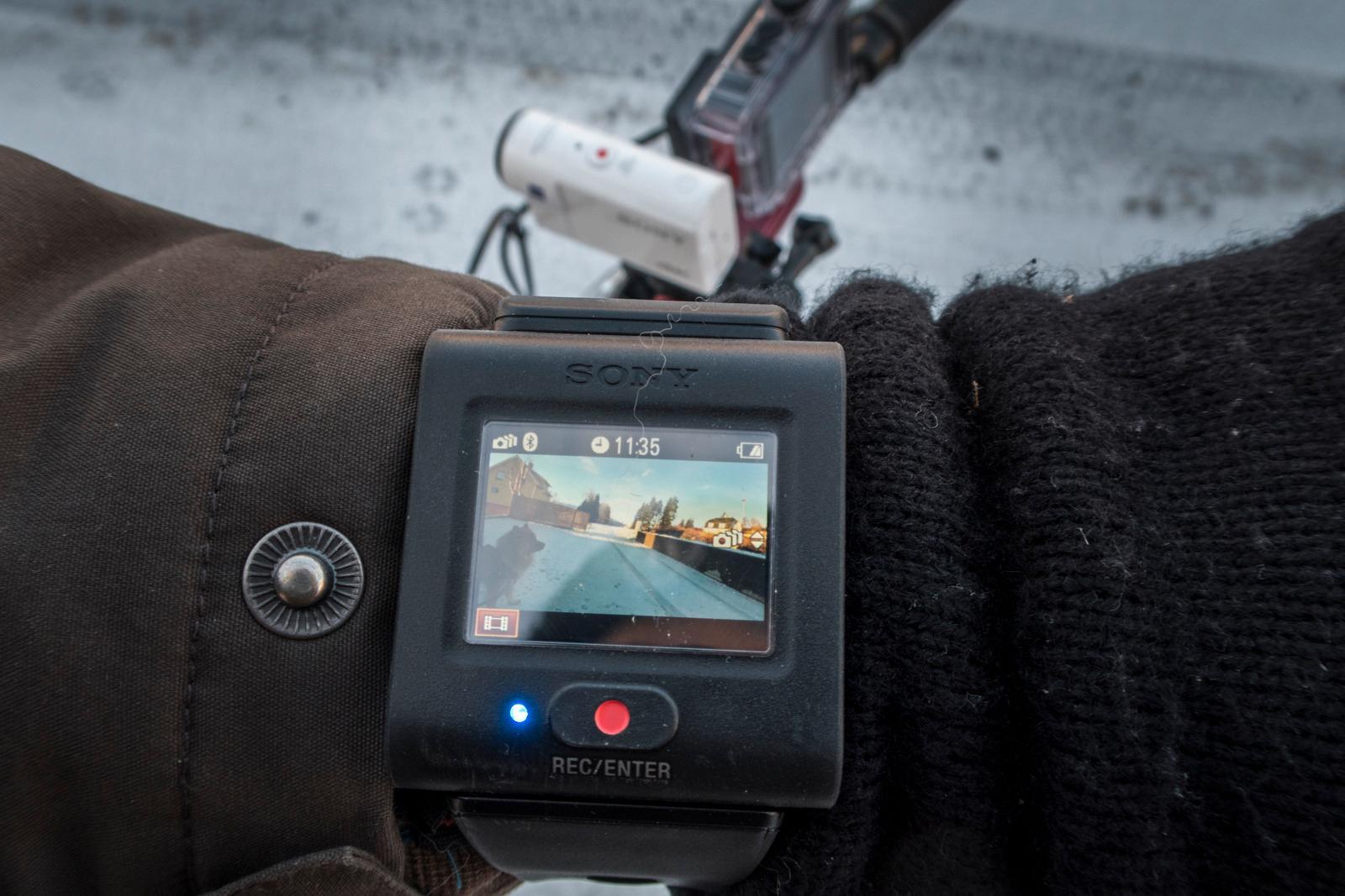Også når det kommer til skjermen synes vi Sony har en kjempefin løsning, i form av en fjernkontroll med skjerm.
