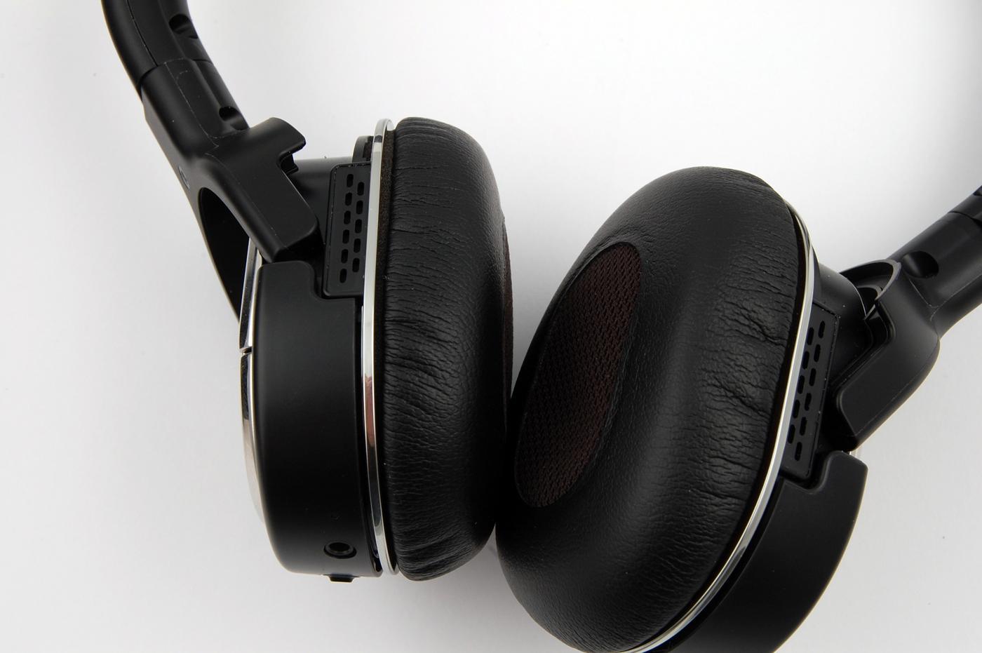 Øreputene er behagelige, men hodesettet kan lett falle av ørene under bevegelse.