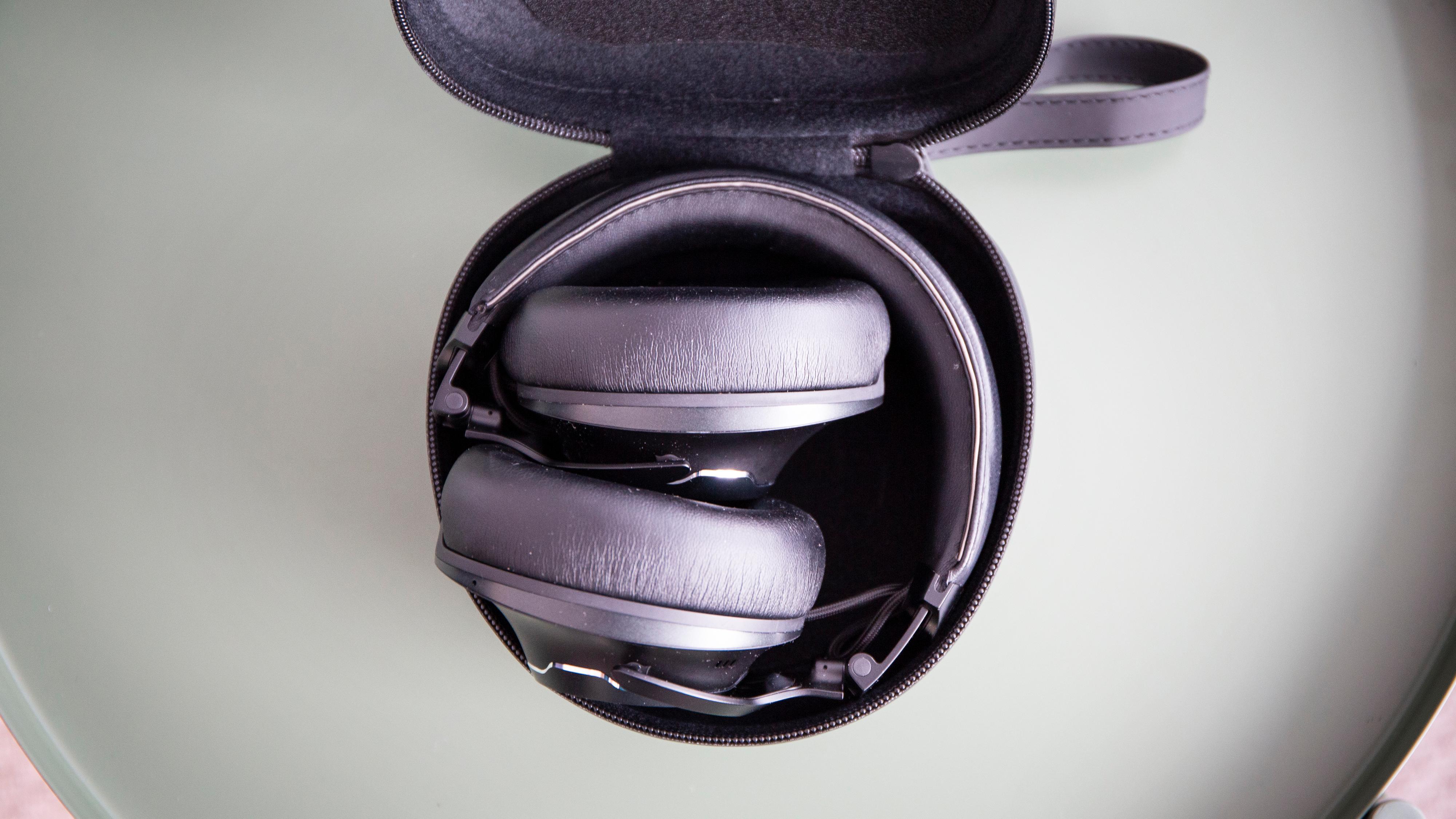 Hodetelefonene kan legges sammen, så det medfølgende etuiet er ganske kompakt.
