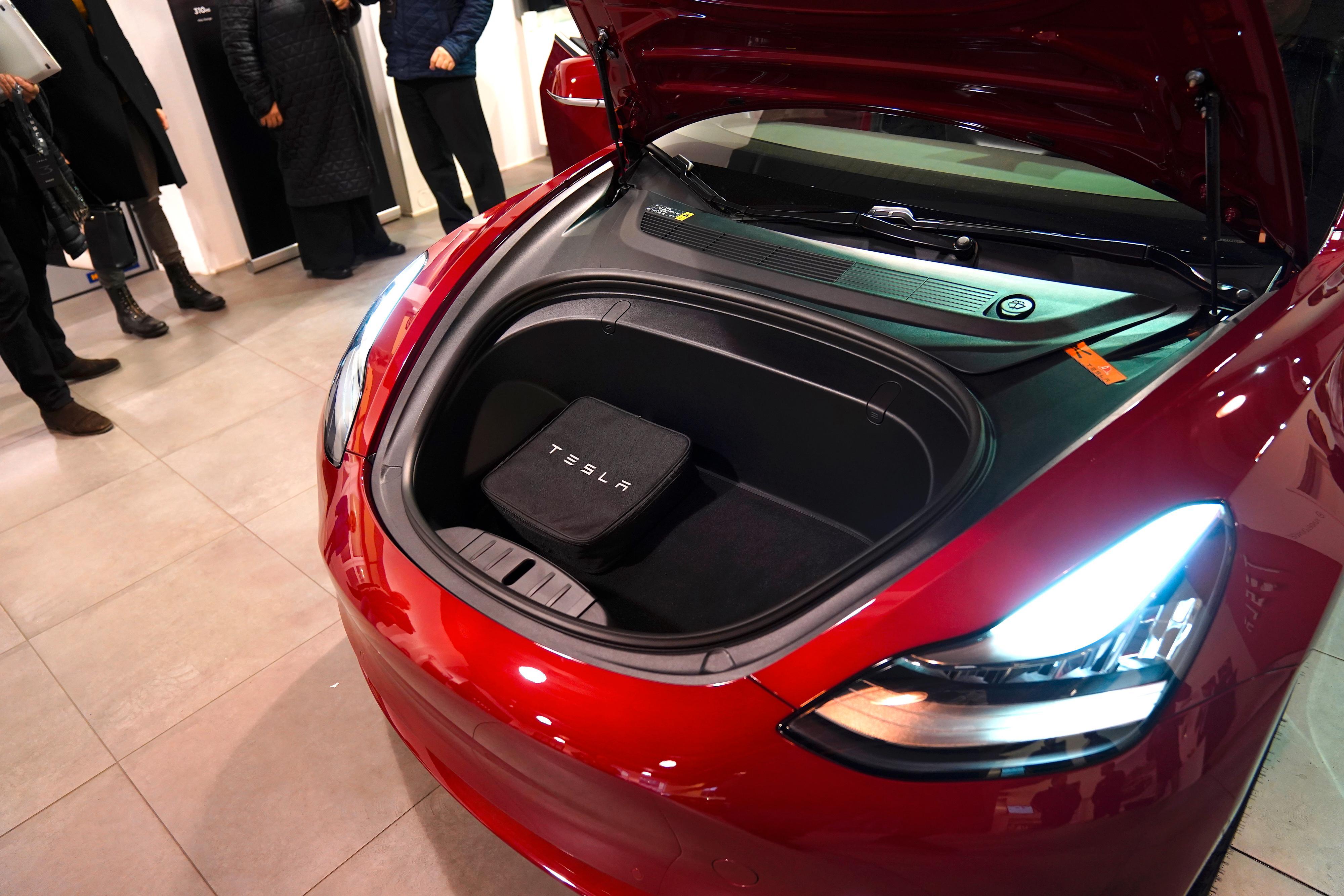 Model 3 får i likhet med Teslas andre biler et lite bagasjerom også under panseret.