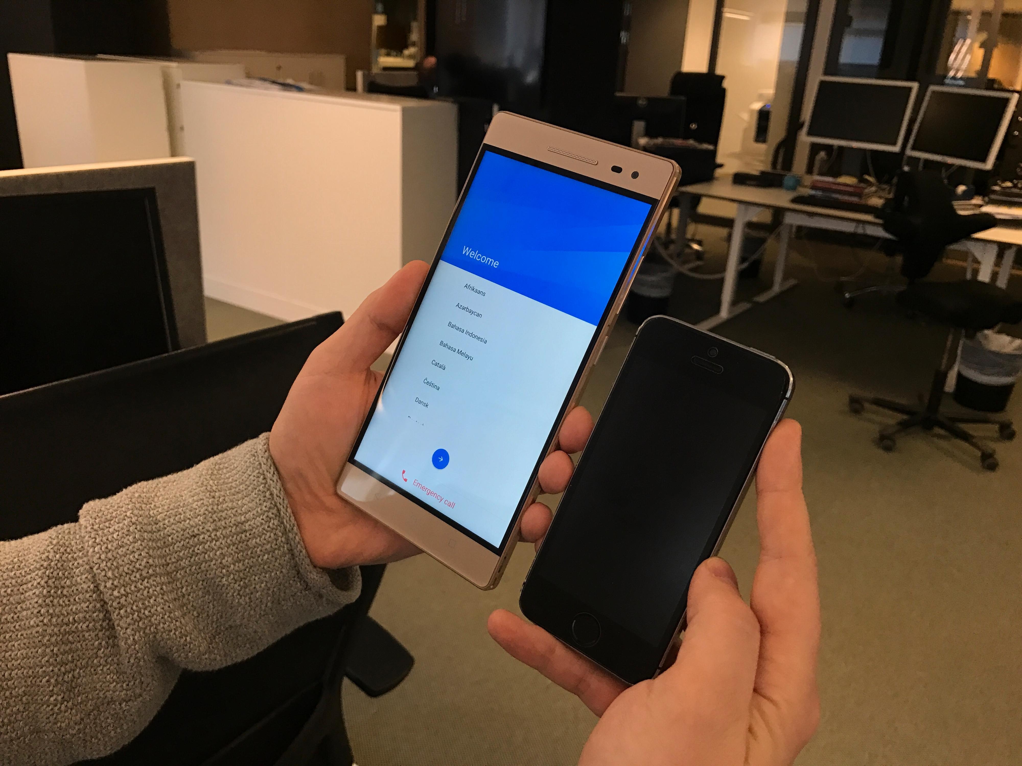 Lenovo Phab 2 Pro ved siden av en iPhone 5S. Ser du forskjellen?