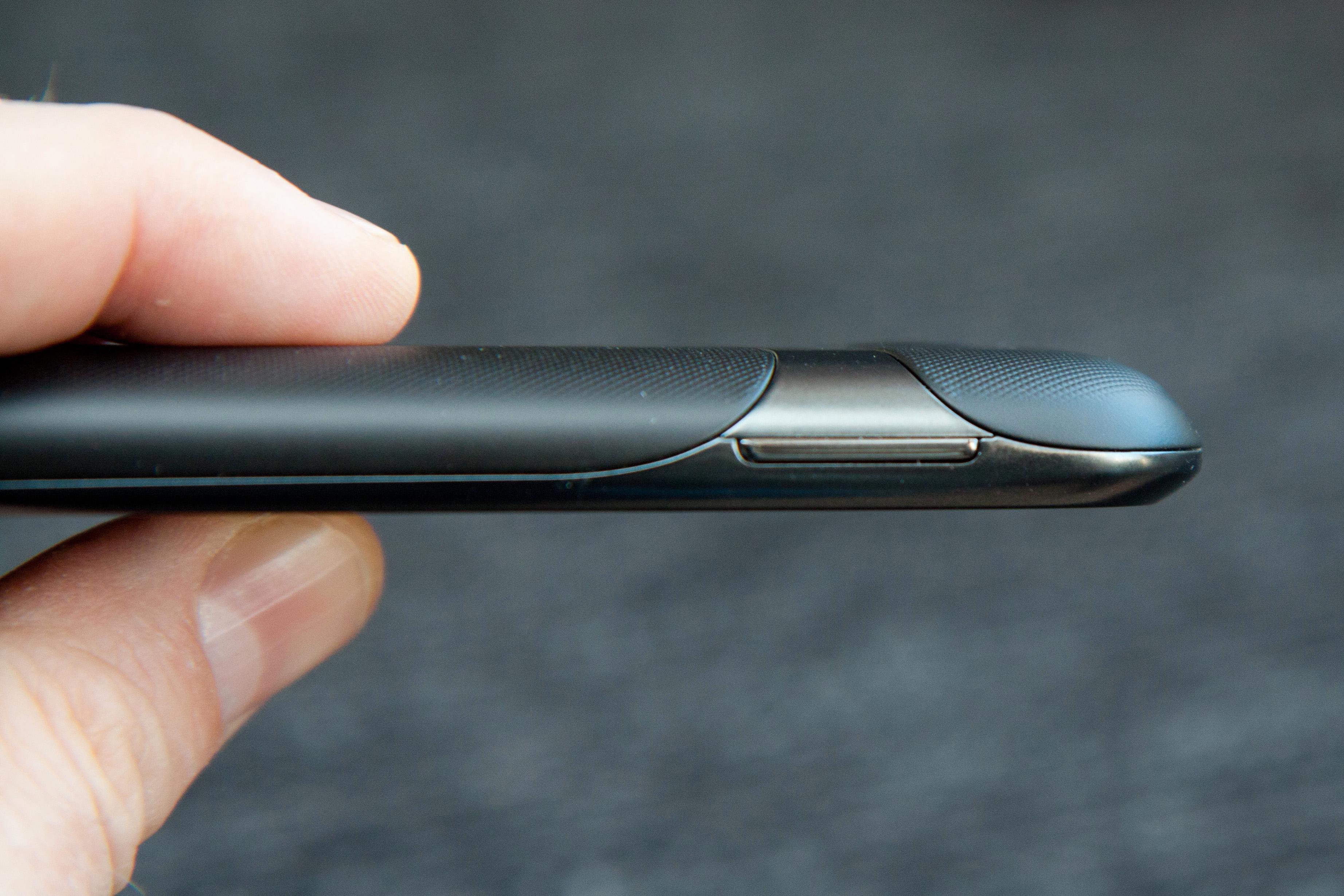 Telefonen sett fra siden.Foto: Kurt Lekanger, Amobil.no