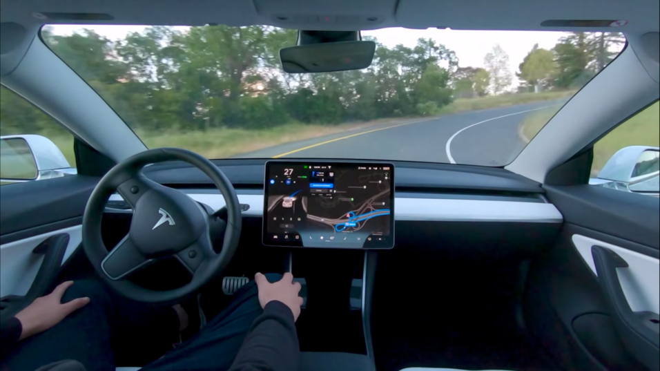 Elon Musk hevder Teslaen din vil kunne slippe deg av og parkere selv, før året er omme