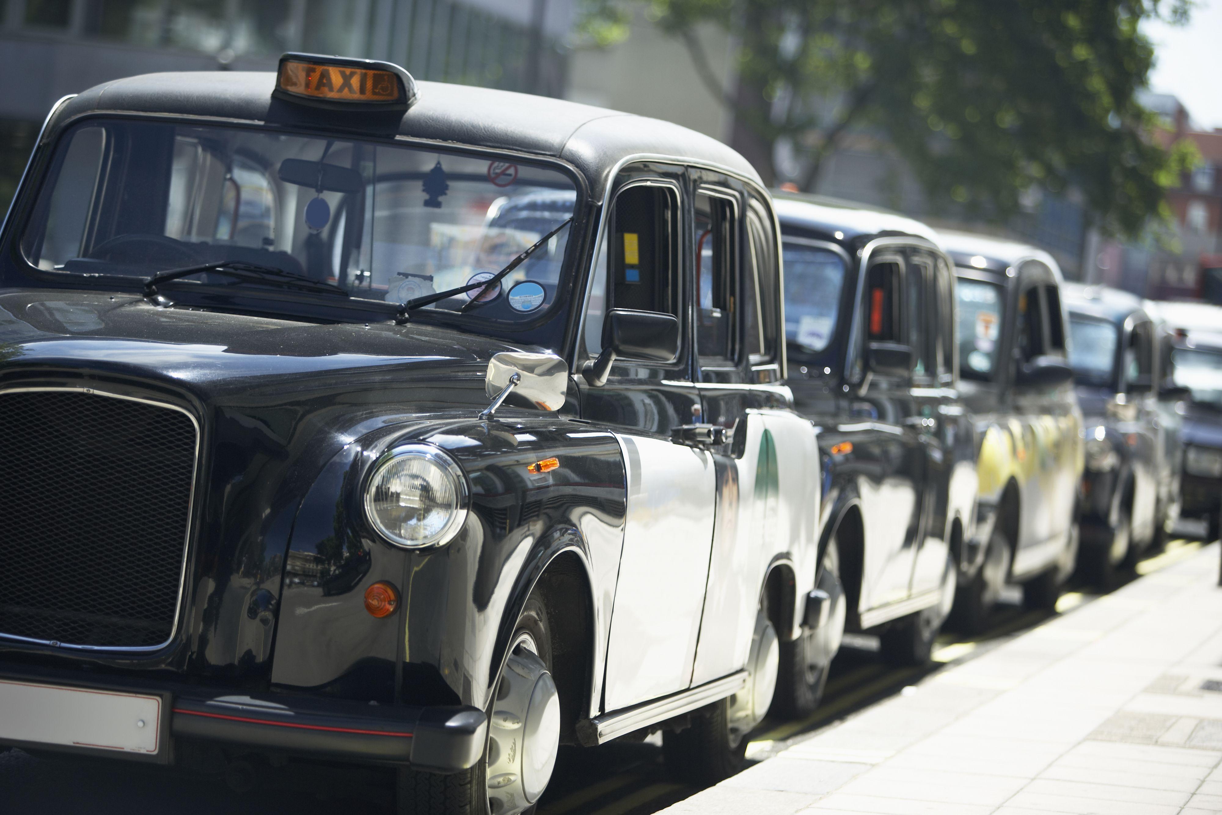 De tradisjonelle London-drosjene stod stille i protest mot Uber i juni.Foto: Monkey Business Images / Shutterstock.com