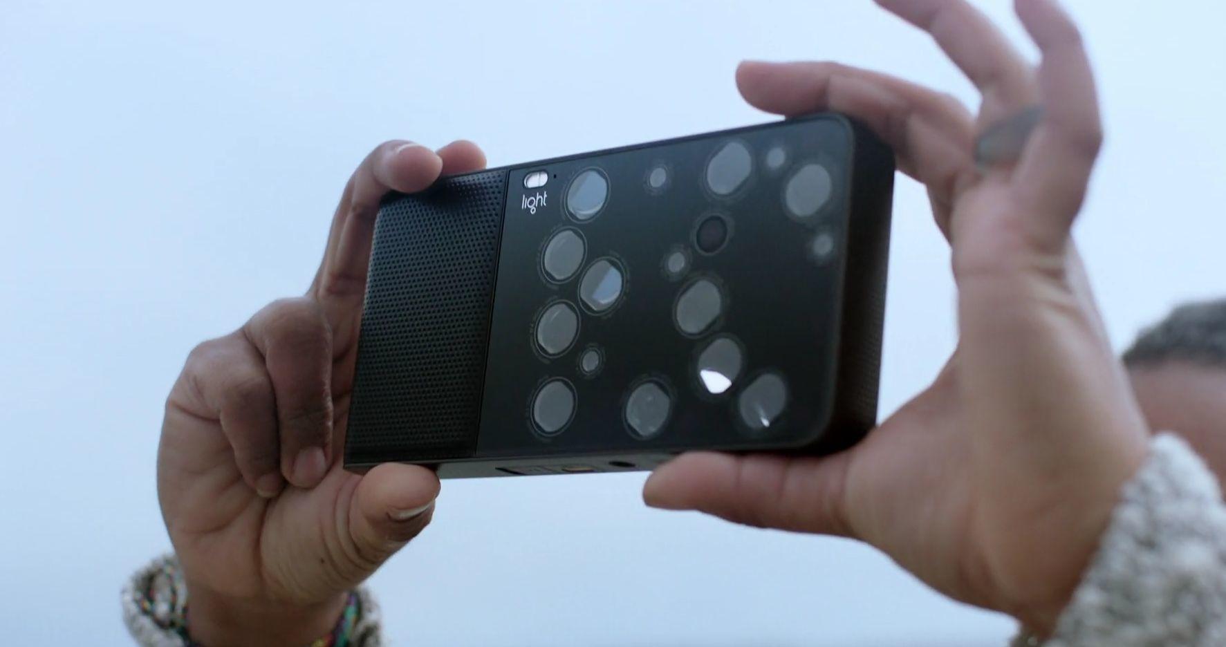 Lights L16-kamera er sannsynligvis ett av de særere kompaktkameraene i salg i dag. Det har hele 16 objektiver på baksiden som alle jobber for å sette sammen ett stort bilde. Bilde: Light